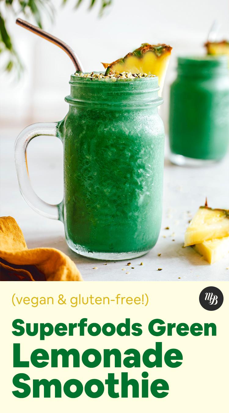 Dois potes de nosso smoothie de limonada verde vibrante com fatias de abacaxi