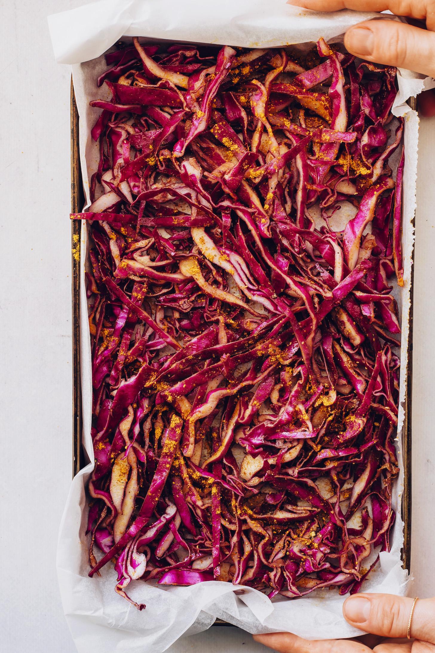 Chou rouge tranché finement saupoudré de poudre de curry