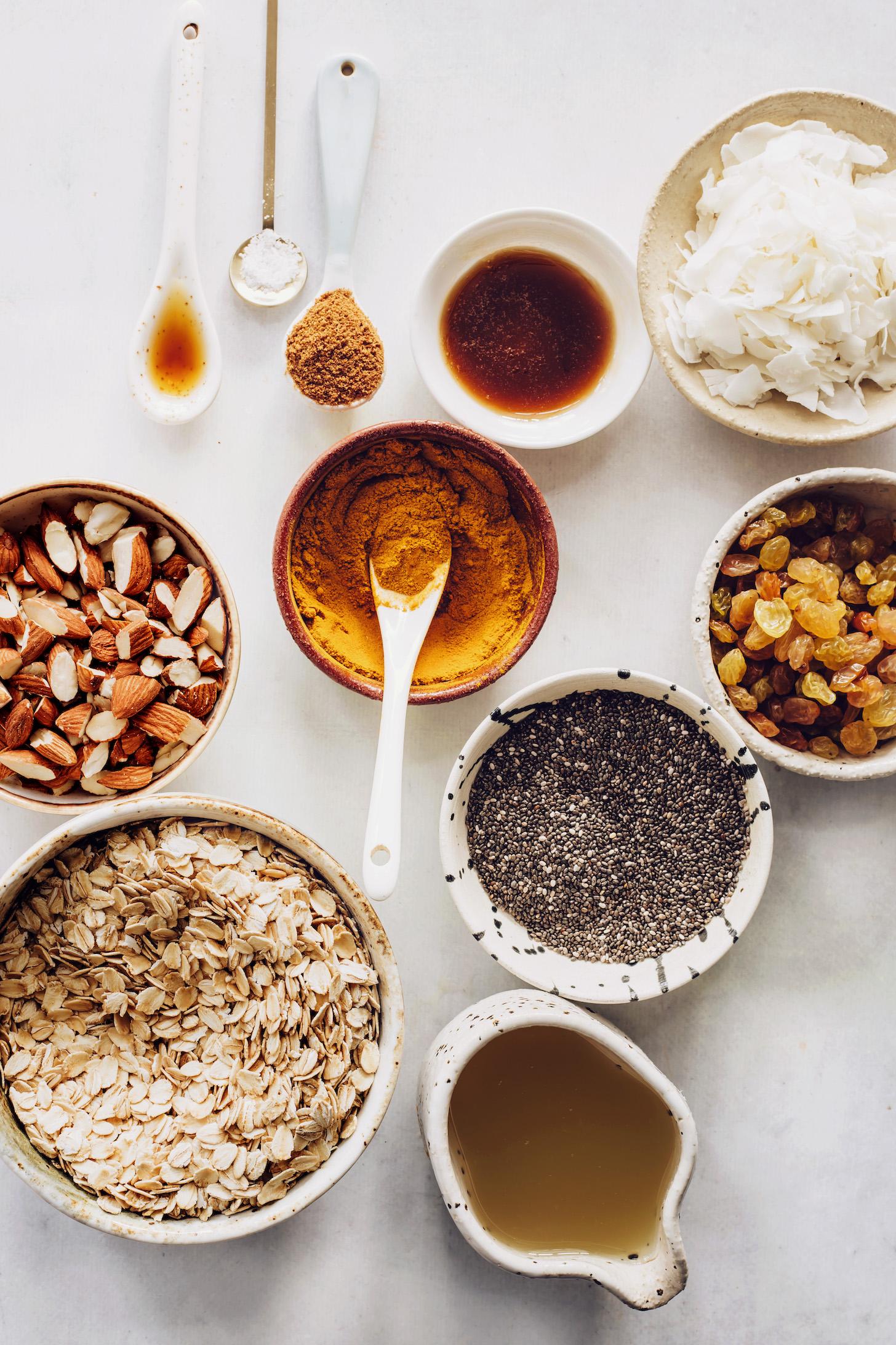 Овес, миндаль, смесь золотого молока, семена чиа, кокосовая стружка, кленовый сироп, кокосовый сахар, соль, ваниль и рассол из нута