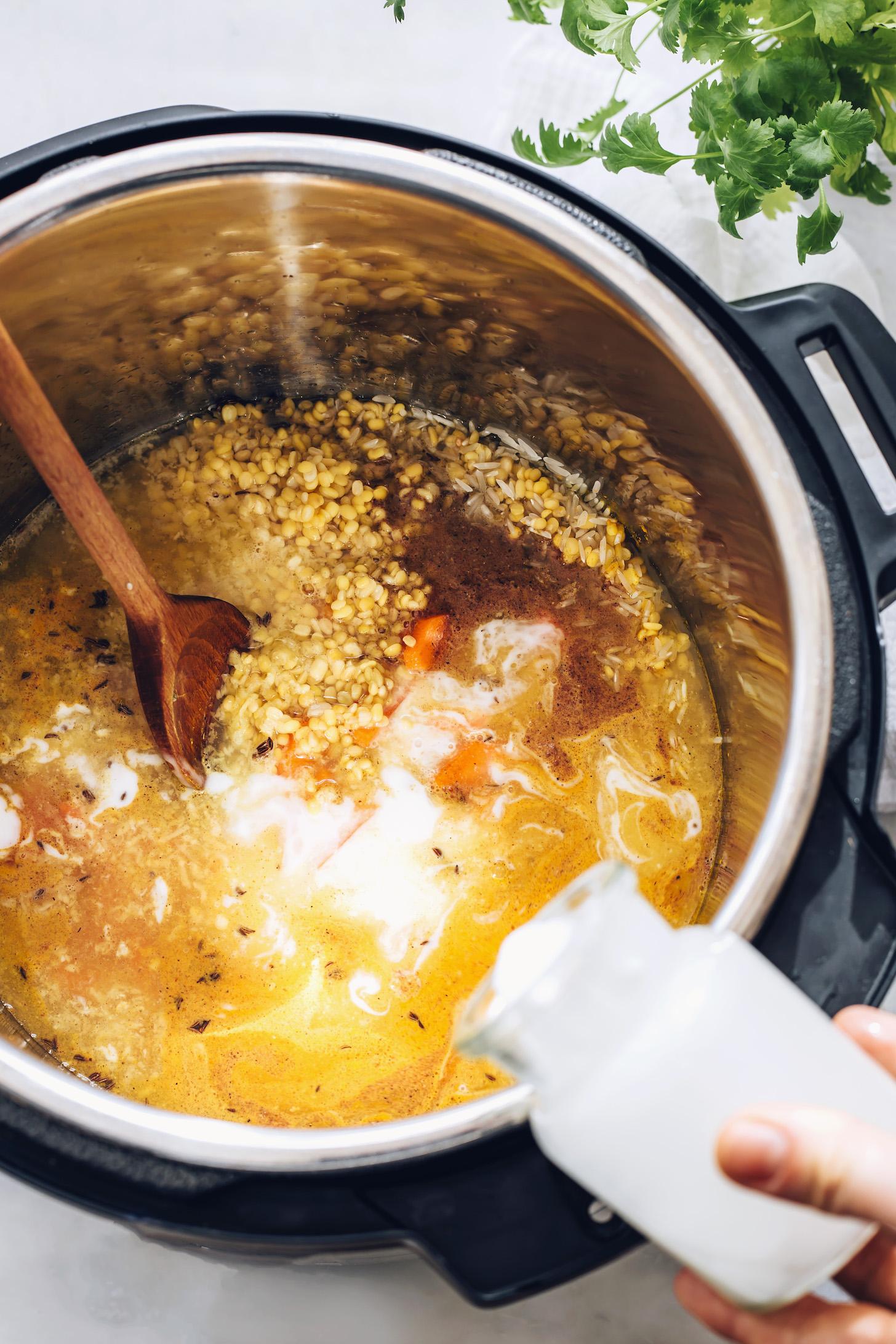 Verter la leche de coco en una olla de kitchari