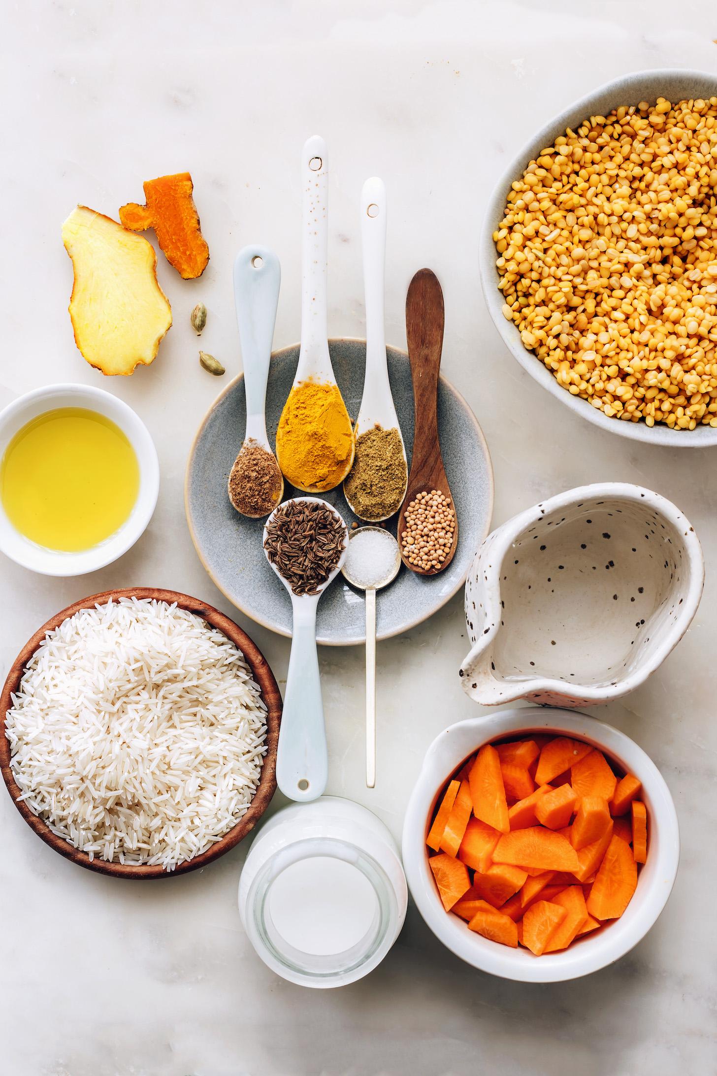 Especias, aceite de aguacate, arroz, leche de coco, zanahorias, agua y moong dal amarillo partido
