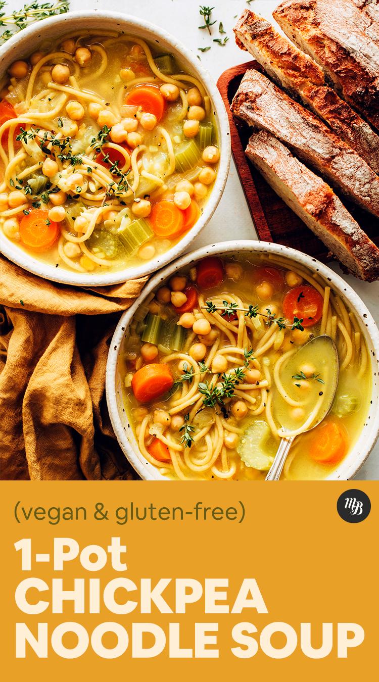 Чаши веганского куриного супа с лапшой, приготовленного из нута
