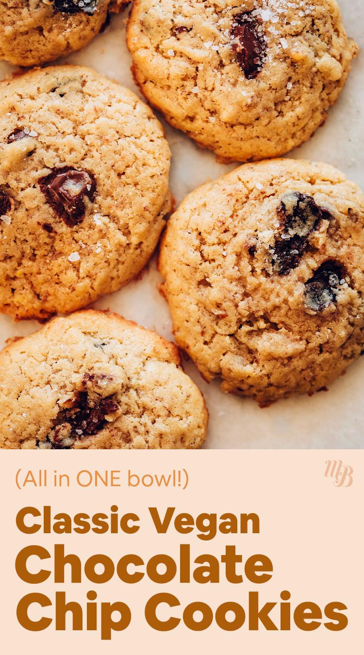 Cookies de chocolate vegan em uma assadeira
