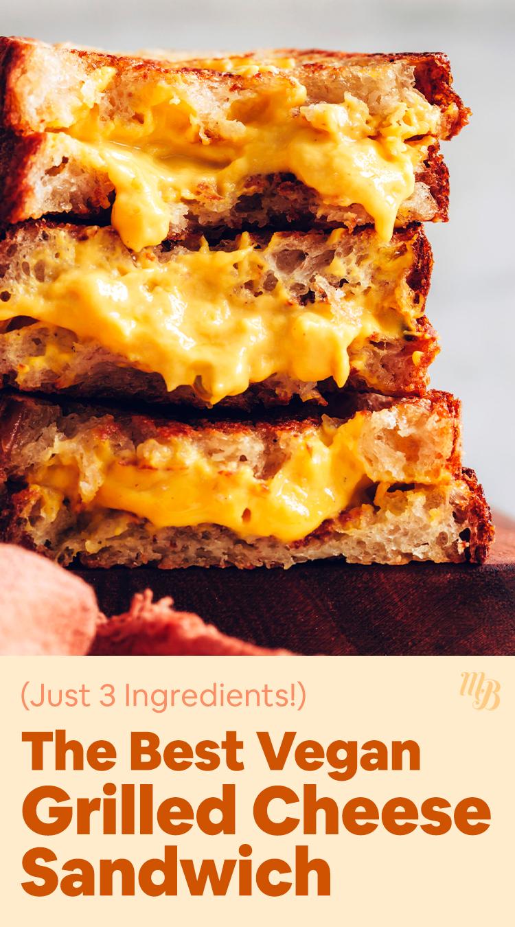 Pilha de três sanduíches veganos de queijo grelhado