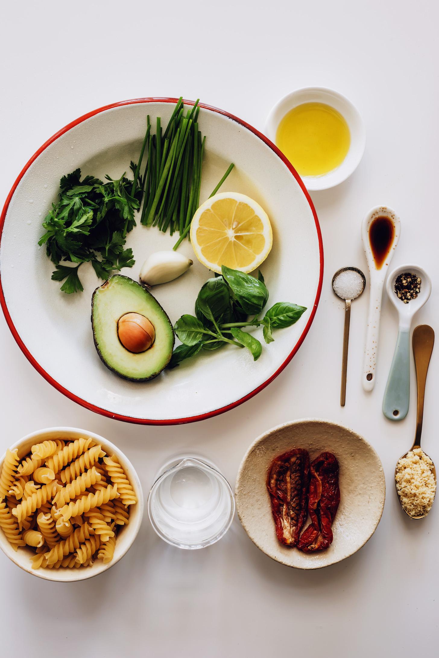Свежая зелень, чеснок, лимон, паста, вяленые помидоры, веганский сыр пармезан, соль, перец, кокосовые аминокислоты и оливковое масло