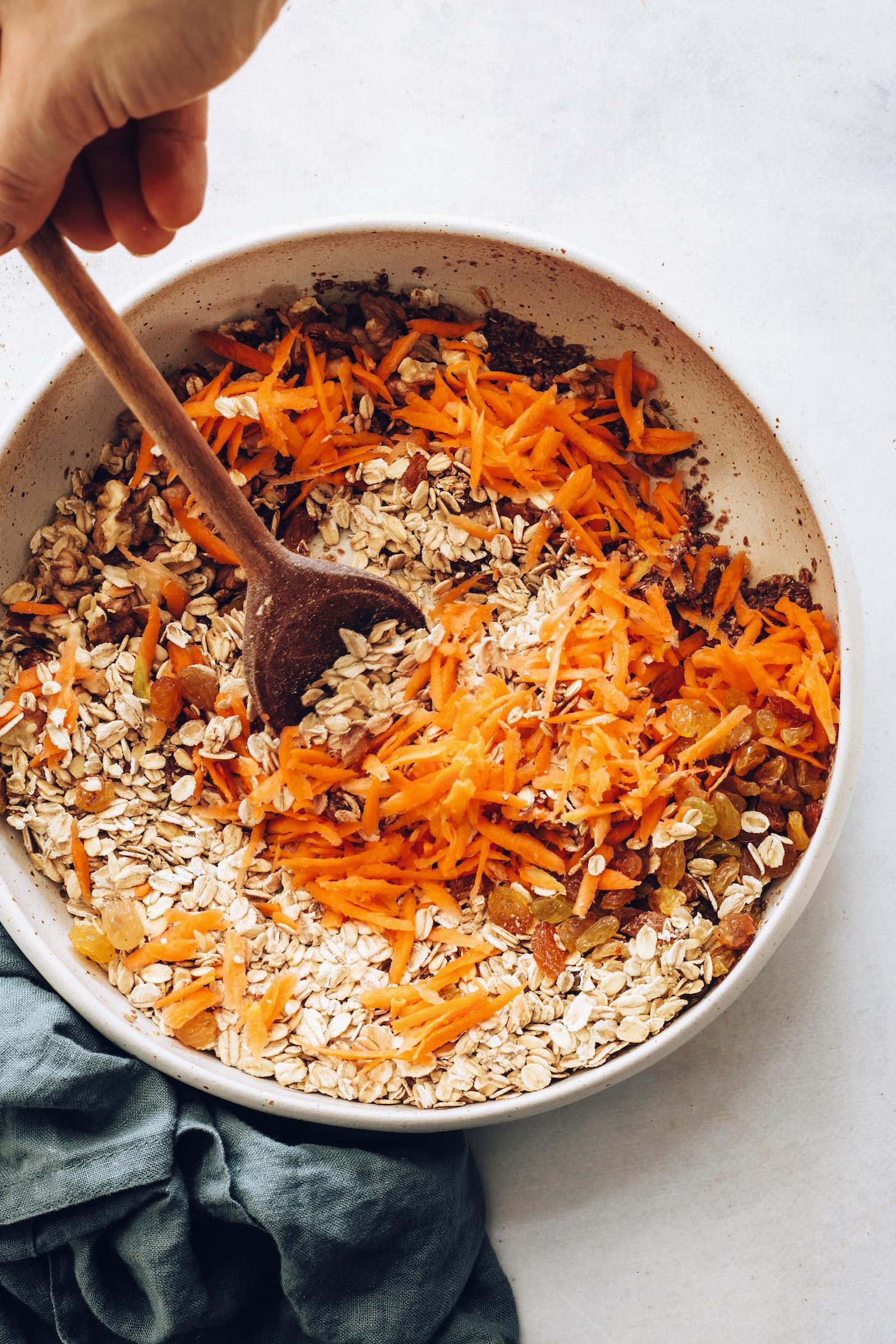Смешивание ингредиентов для морковного торта, запеченного овсянки