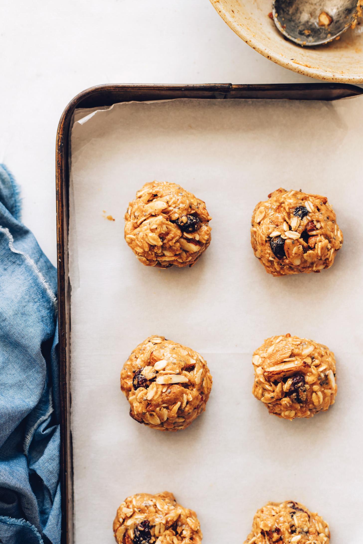 Plaque à pâtisserie tapissée de papier sulfurisé de notre recette de biscuits granola faciles