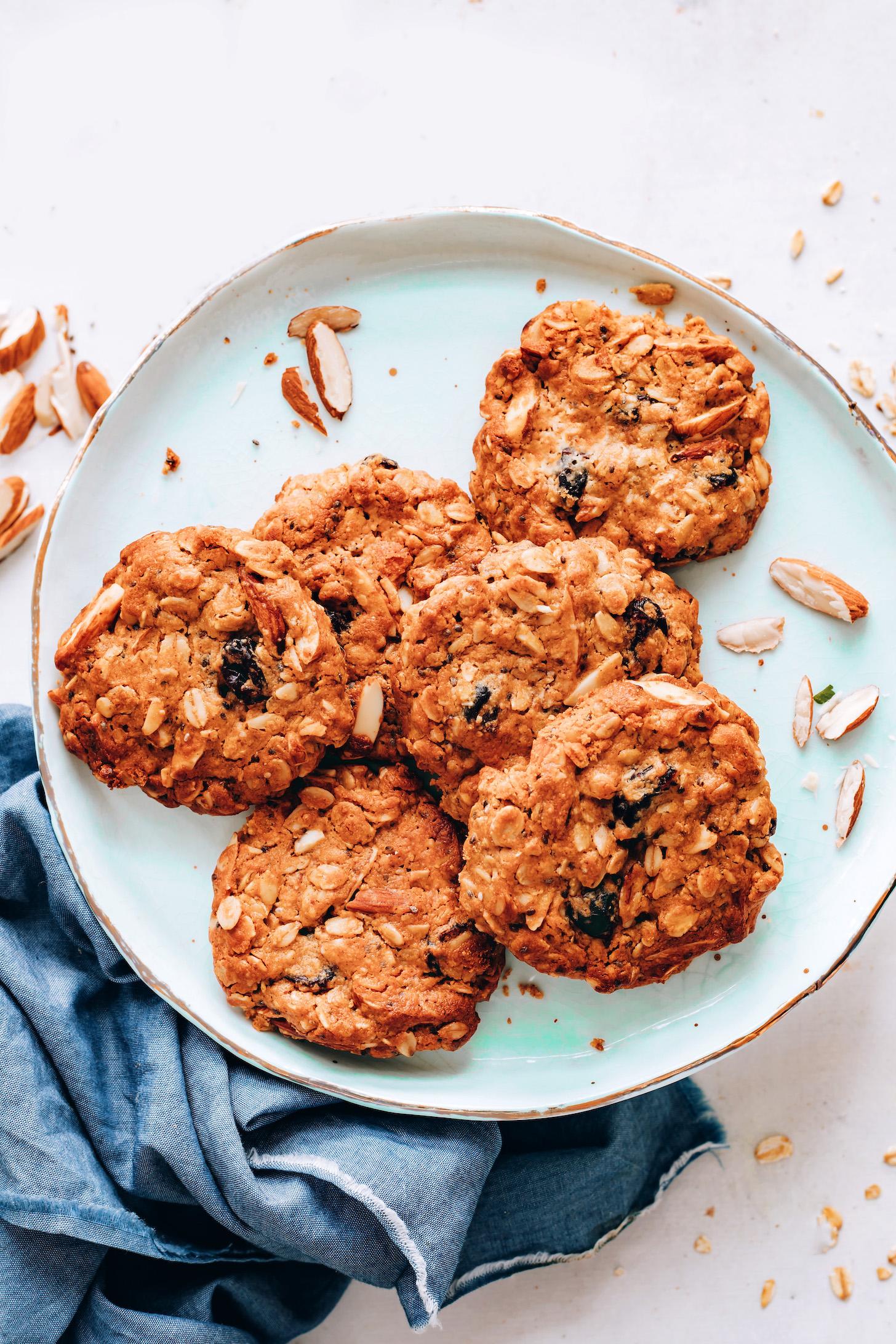 Assiette de biscuits granola végétaliens sans gluten