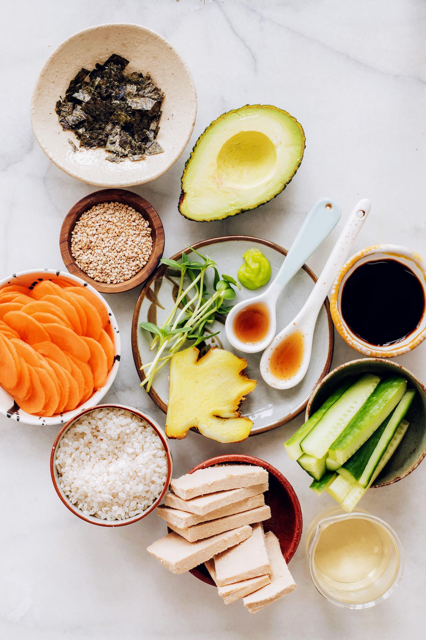 Riz, tofu, concombre, tamari, sirop d'érable, huile de sésame, gingembre, wasabi, pousses, avocat, graines de sésame, nori et carottes