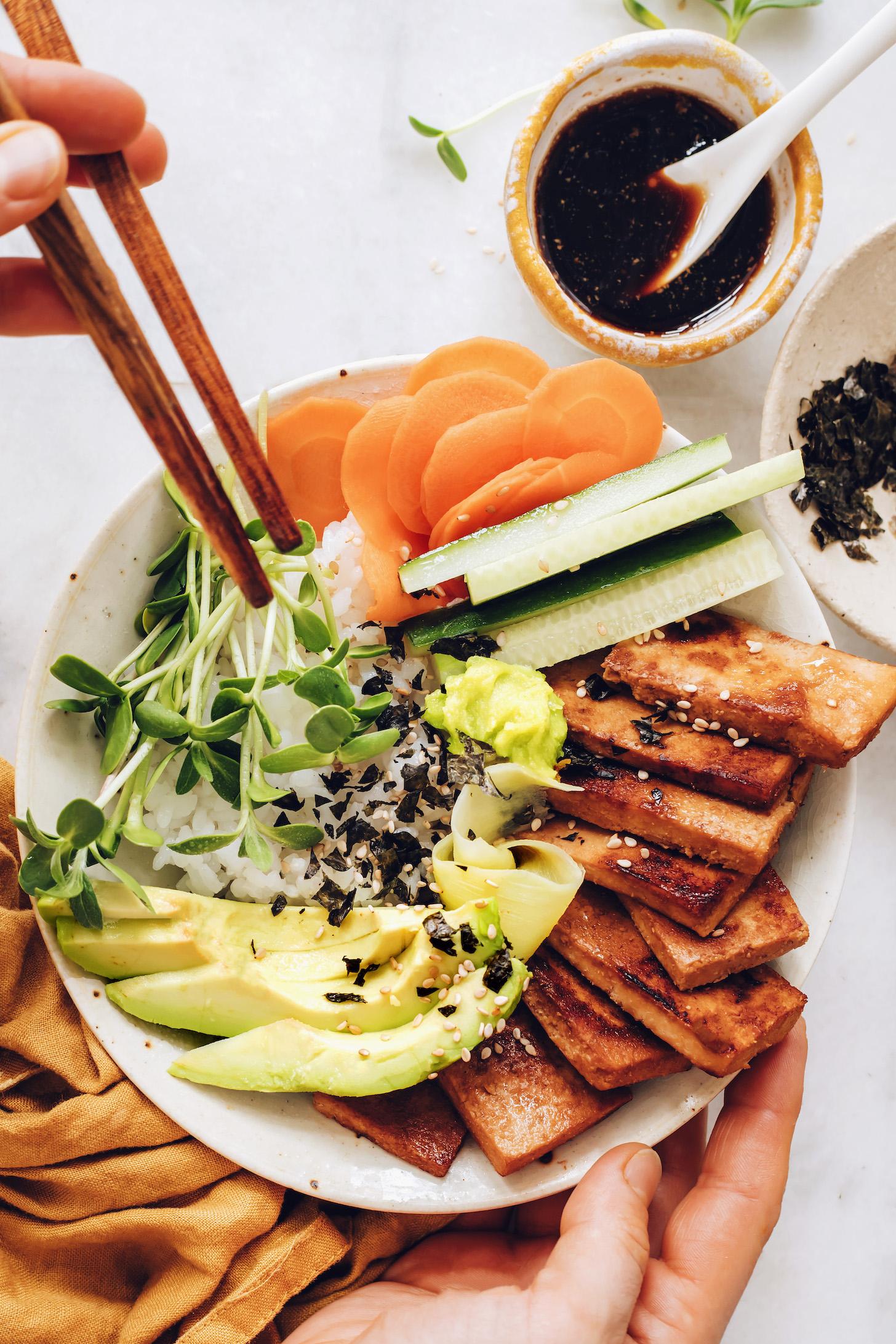 Baguettes sur un bol de sushi végétalien