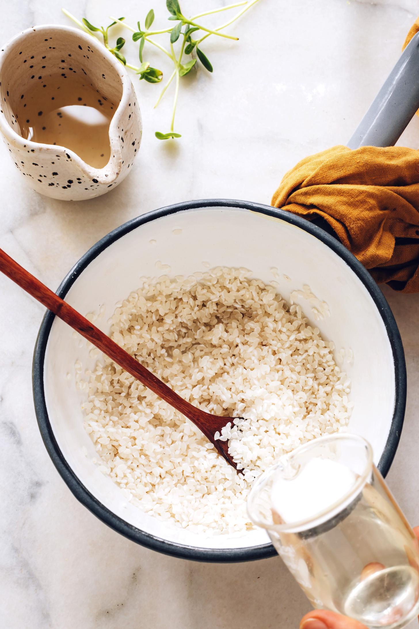 Verser de l'eau dans une casserole de riz à sushi