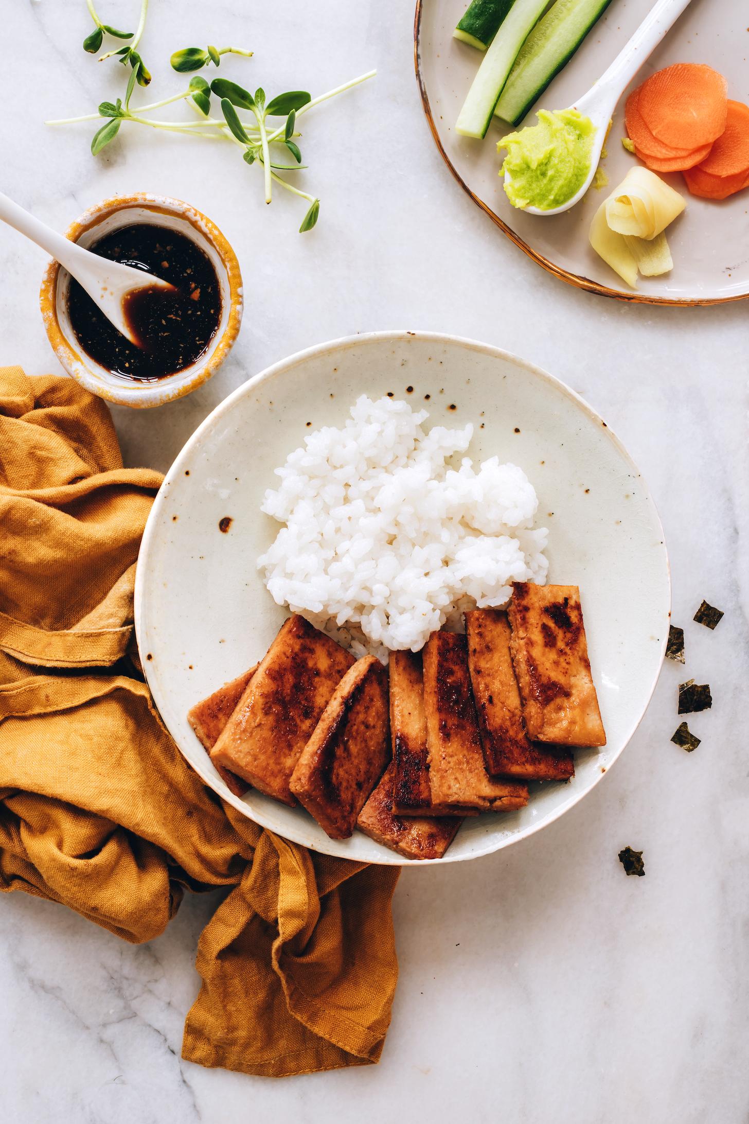 Bol de sushi végétalien à côté d'un bol de tamari