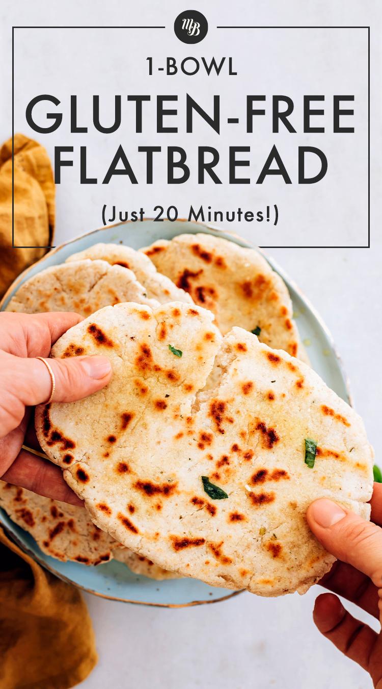 Sosteniendo un pan plano sin gluten