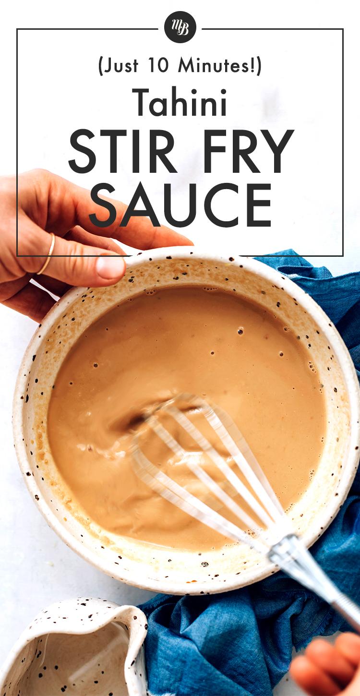 Fouetter la sauce pour sauté au tahini dans un bol