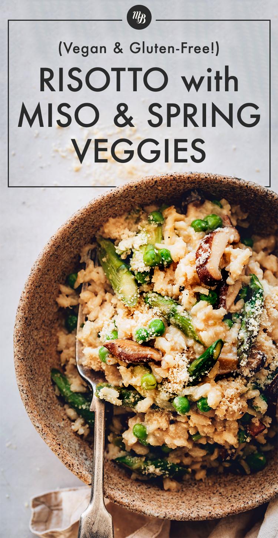Tazón grande de risotto vegano con miso, espárragos y champiñones