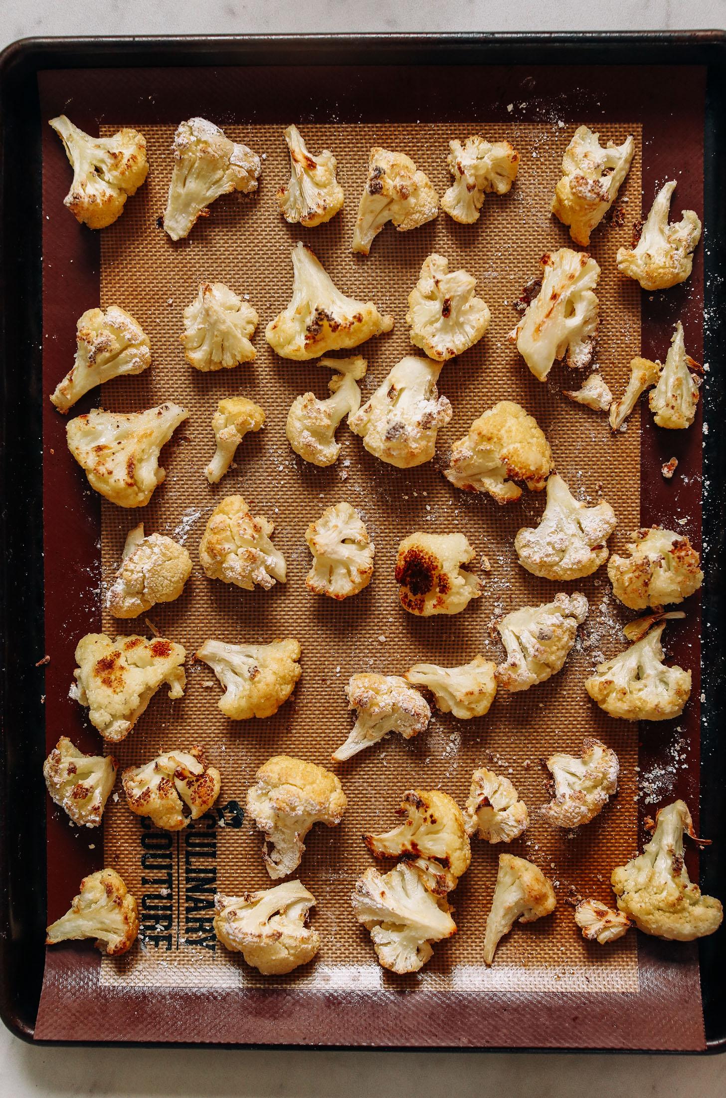 Plaque de cuisson de chou-fleur rôti avec un enrobage croustillant