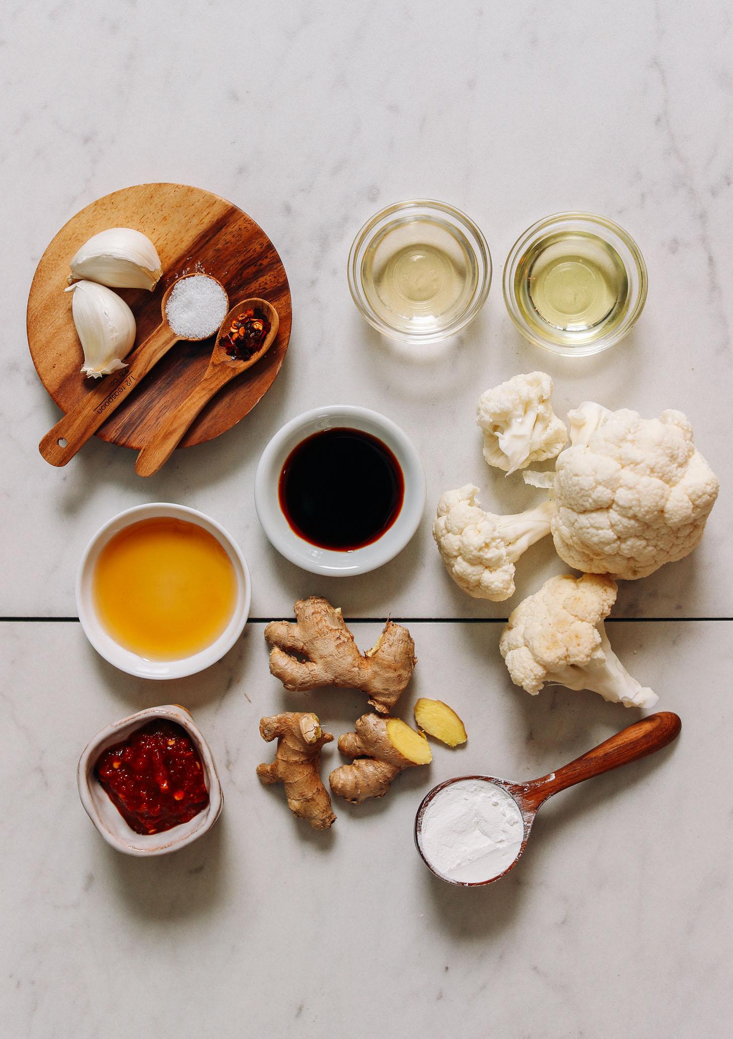 Ail, flocons de piment rouge, sel, huile d'avocat, tamari, vinaigre de riz, sirop d'érable, sauce chili ail, gingembre, fécule de maïs et chou-fleur