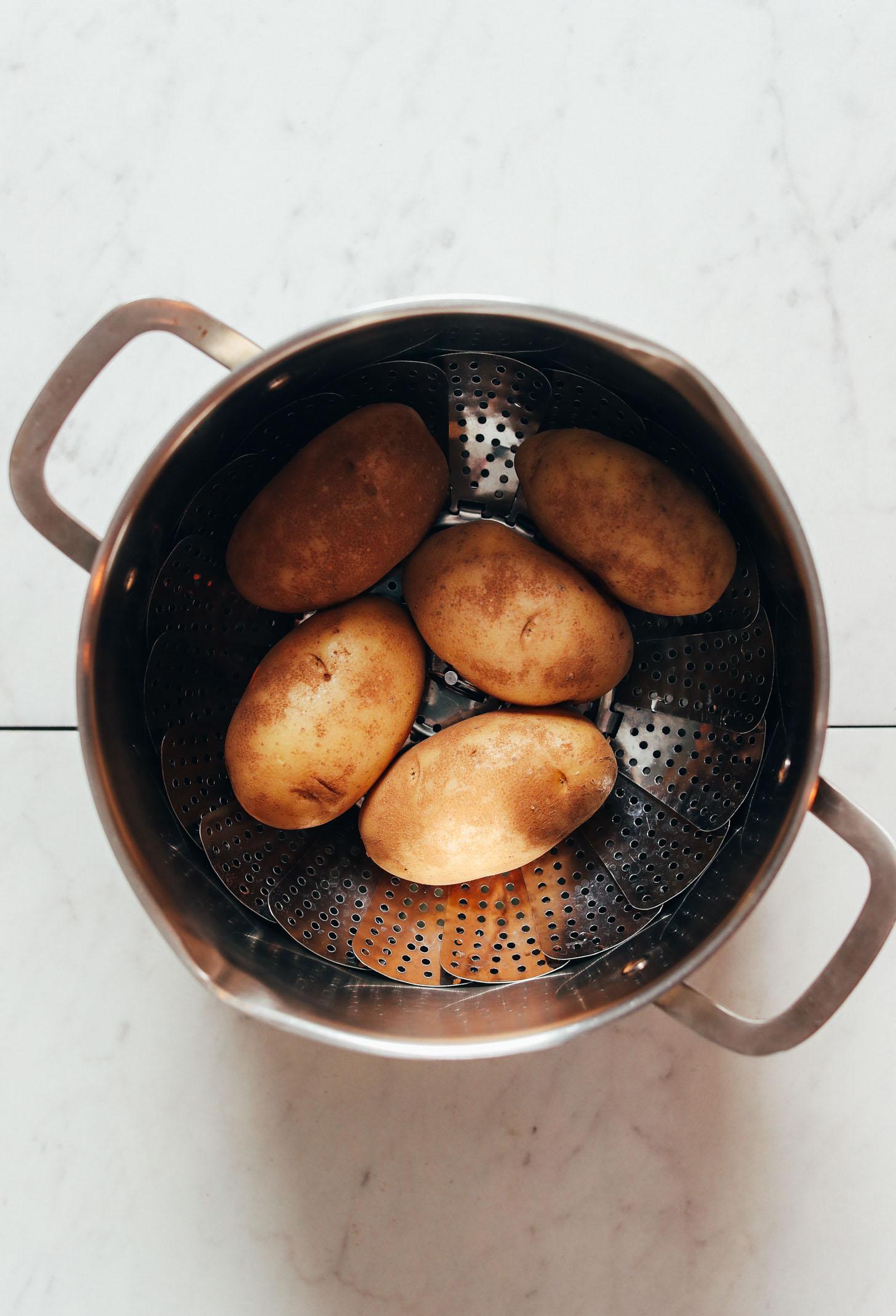 Pommes de terre Russet dans un panier vapeur