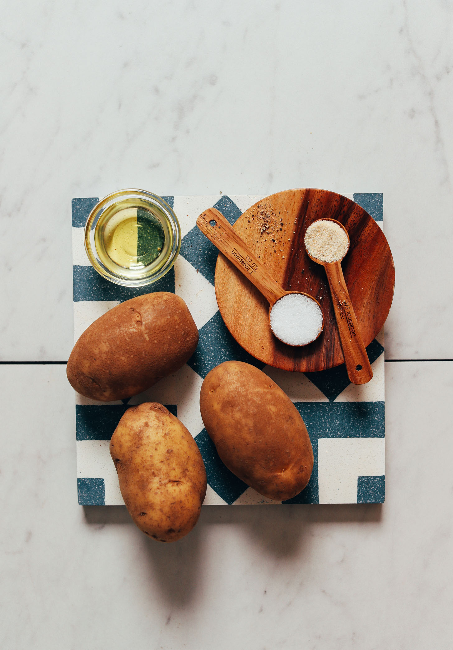 Pommes de terre Russet, huile d'avocat, sel, poivre et ail en poudre