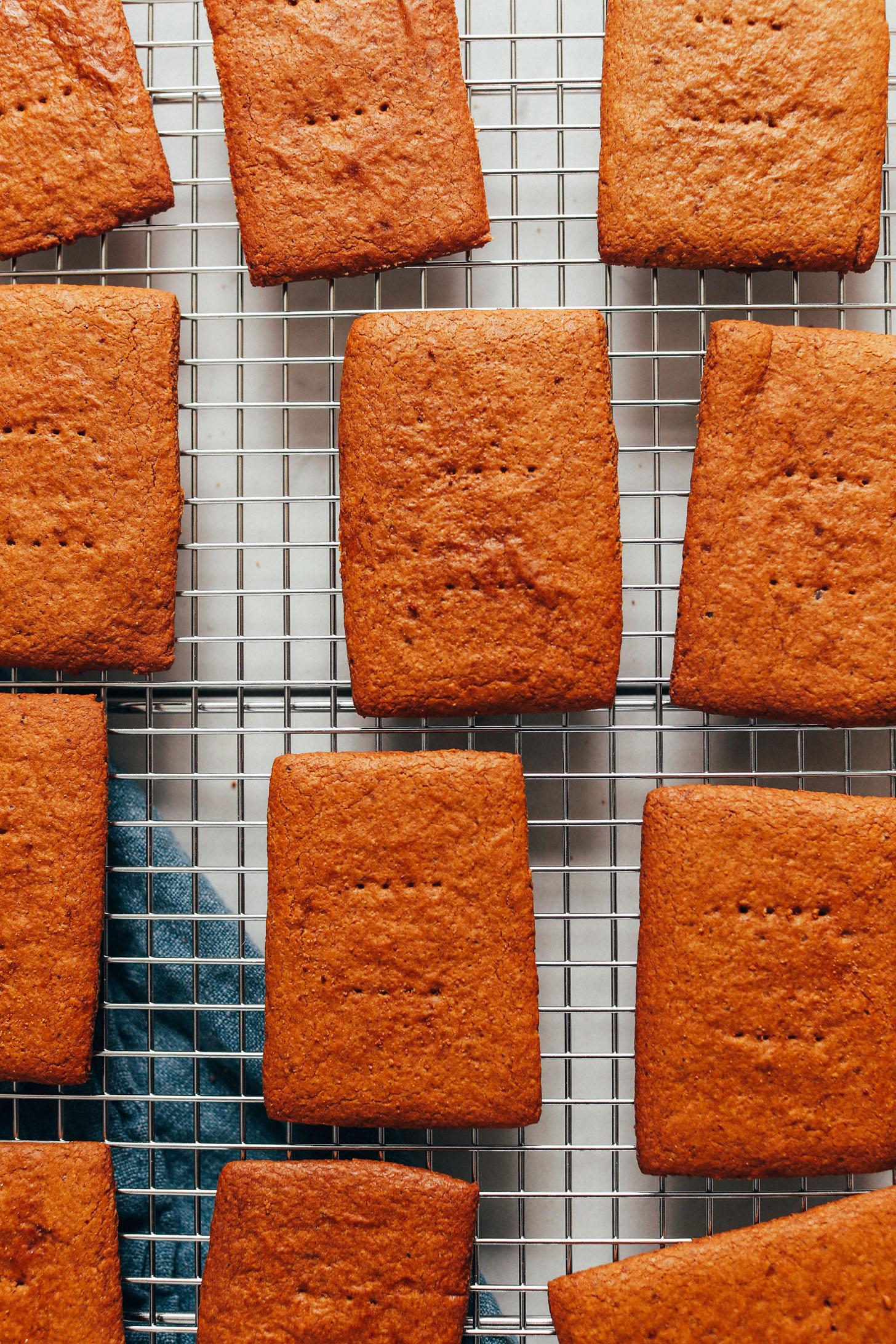 Craquelins Graham sans gluten sur une grille de refroidissement