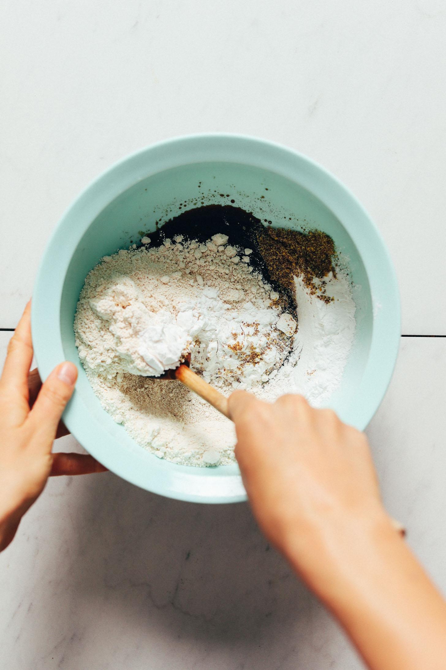 En remuant les ingrédients humides et secs dans un bol à mélanger