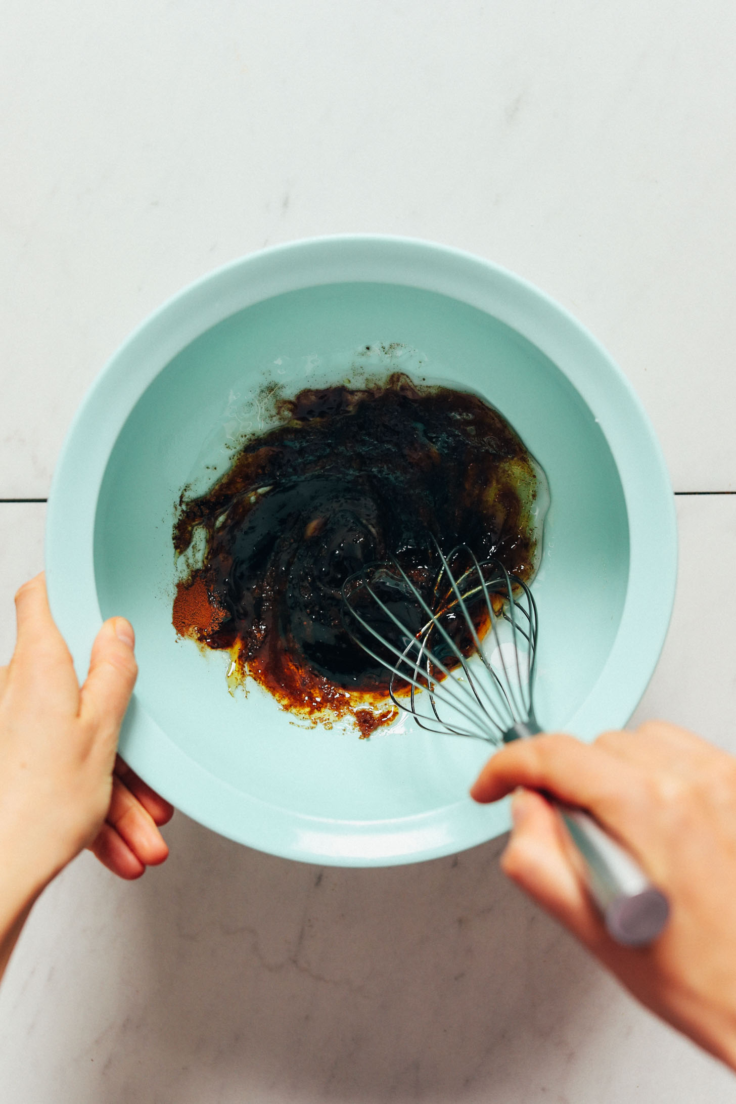 Fouetter le sucre de coco, le bicarbonate de soude, le sel de mer, la cannelle, le sirop d'érable, la mélasse et l'huile de coco fondue