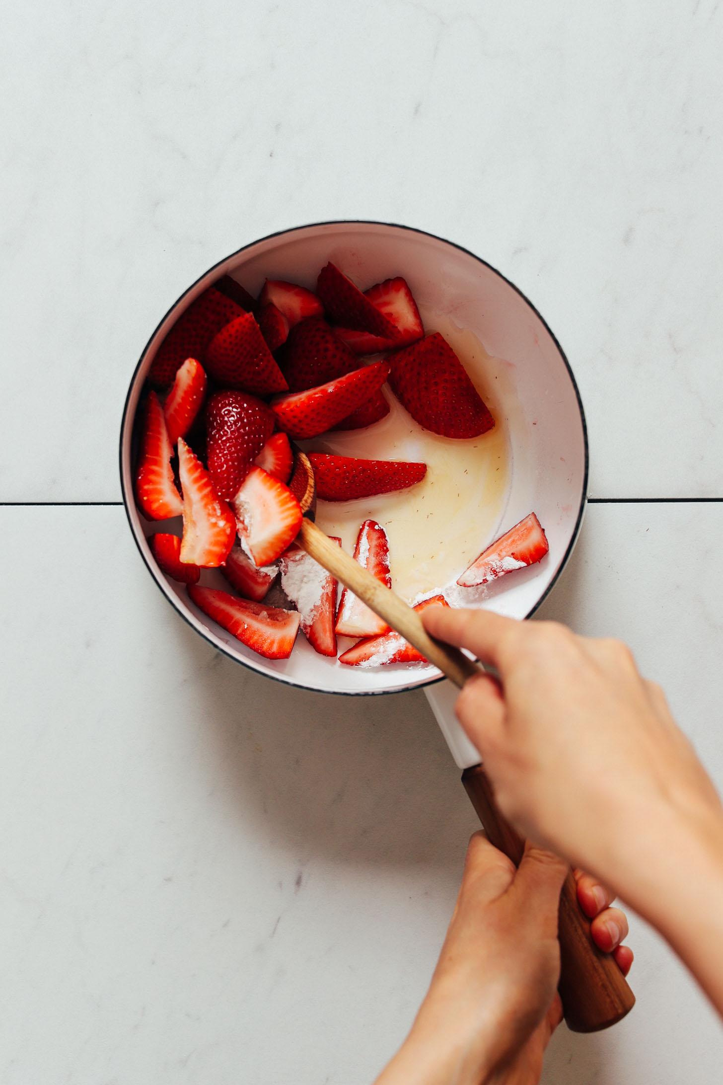 Casserole de fraises fraîches, fécule de maïs, eau et sirop d'érable