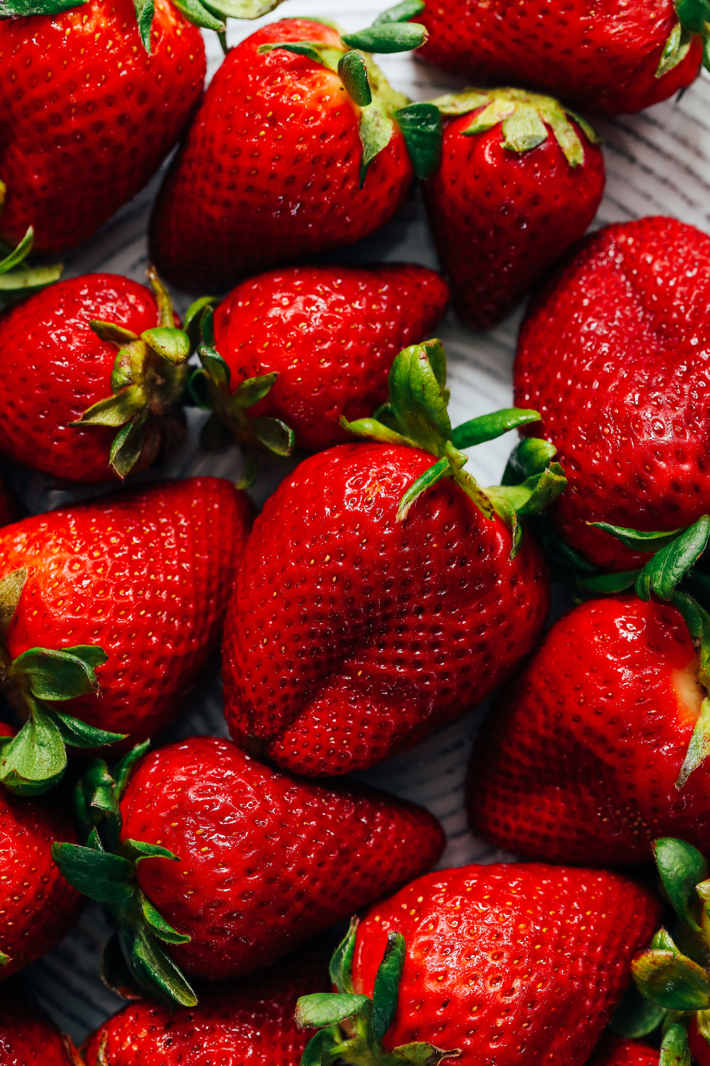 Gros plan d'une assiette de fraises fraîches
