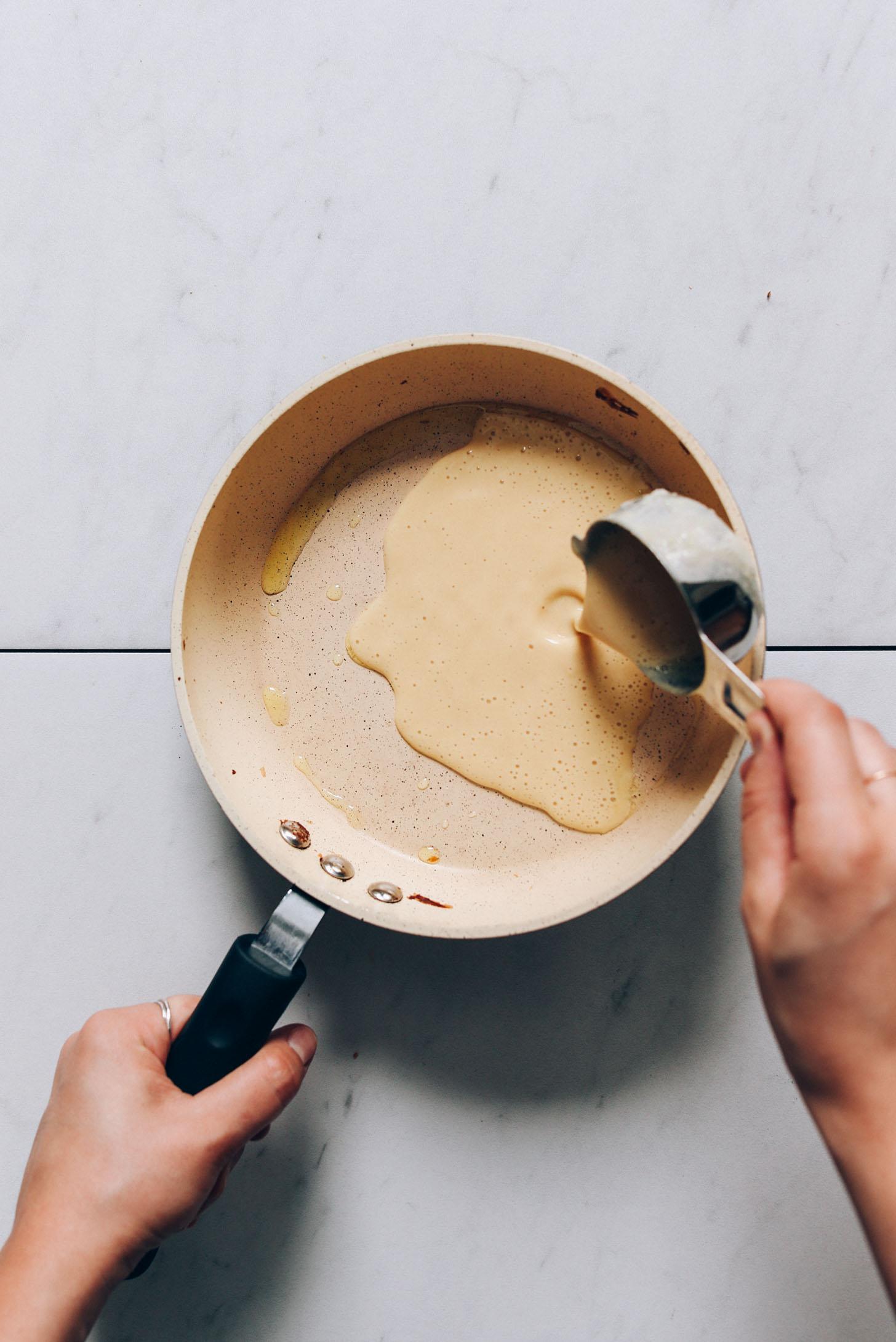 Verser la pâte à crêpes aux pois chiches dans une petite casserole