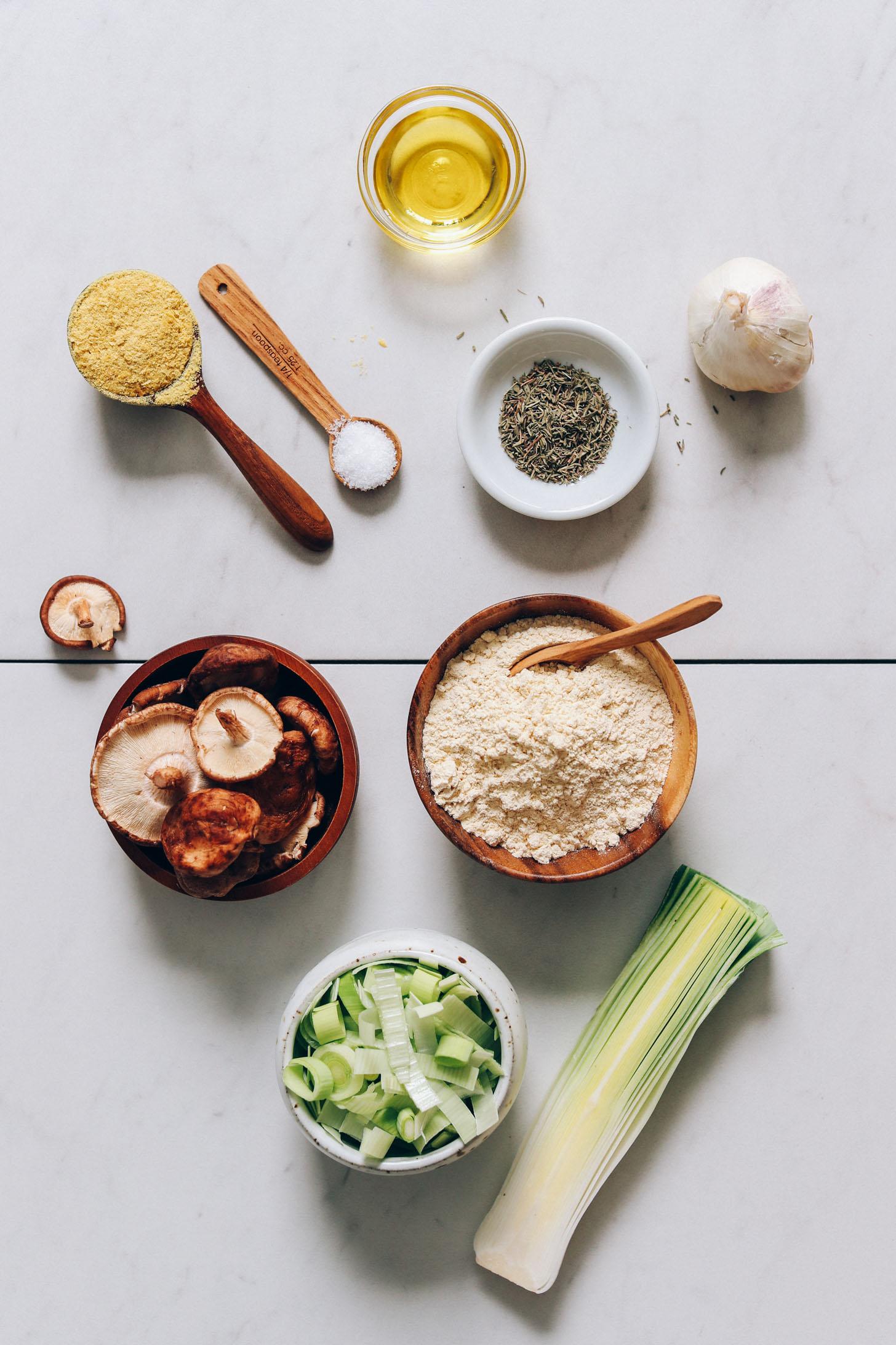 Levure nutritionnelle, sel, huile d'olive, thym, ail, farine de pois chiches, poireaux et champignons