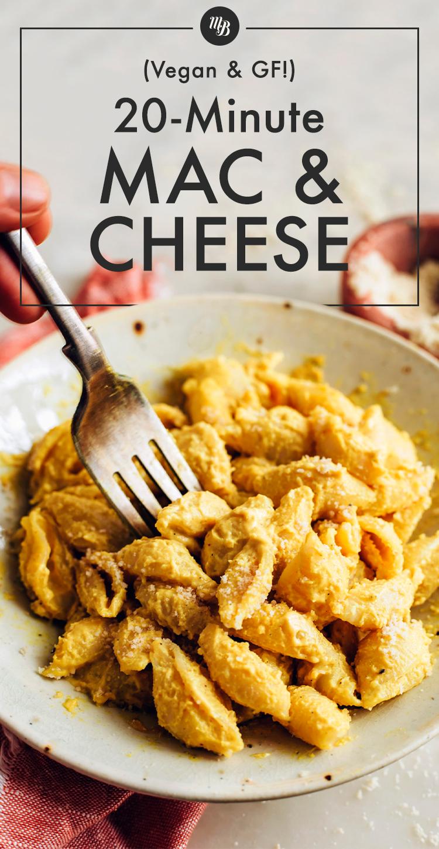 Fourchette trempée dans un bol de macaroni au fromage végétalien et sans gluten