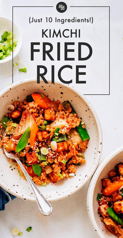 Чаши жареного риса кимчи с горошком и морковью