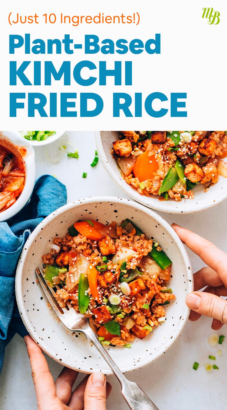 Mains reposant sur un bol de riz frit au kimchi