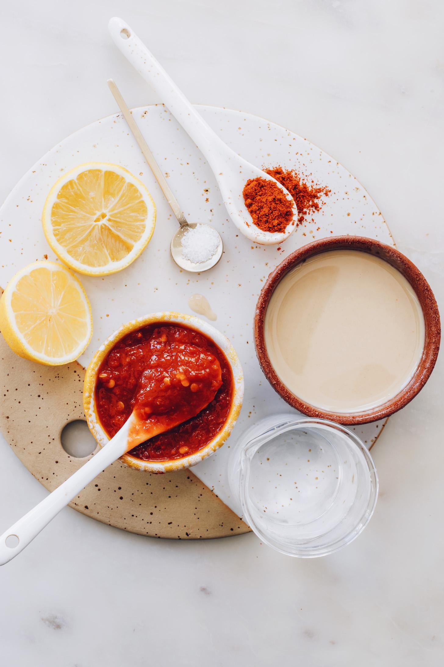 Harissa sos, limon, deniz tuzu, füme kırmızı biber, tahin ve su