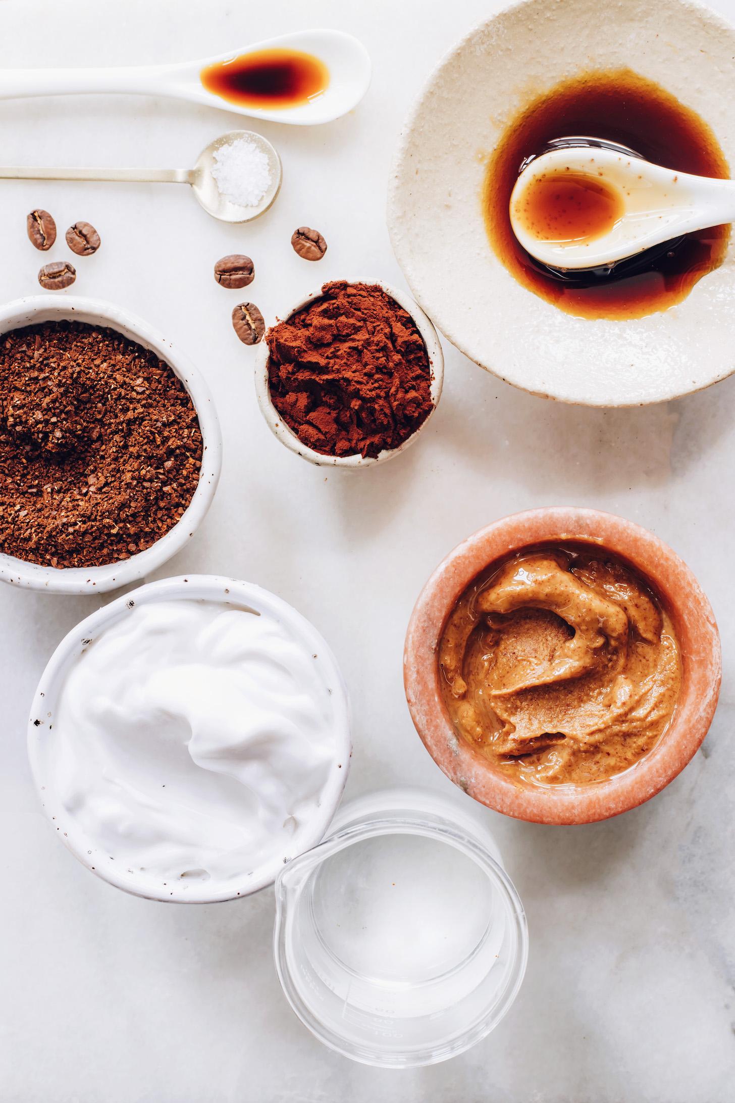 Kahve, kakao tozu, tuz, akçaağaç şurubu, badem yağı, hindistan cevizi sütü ve su