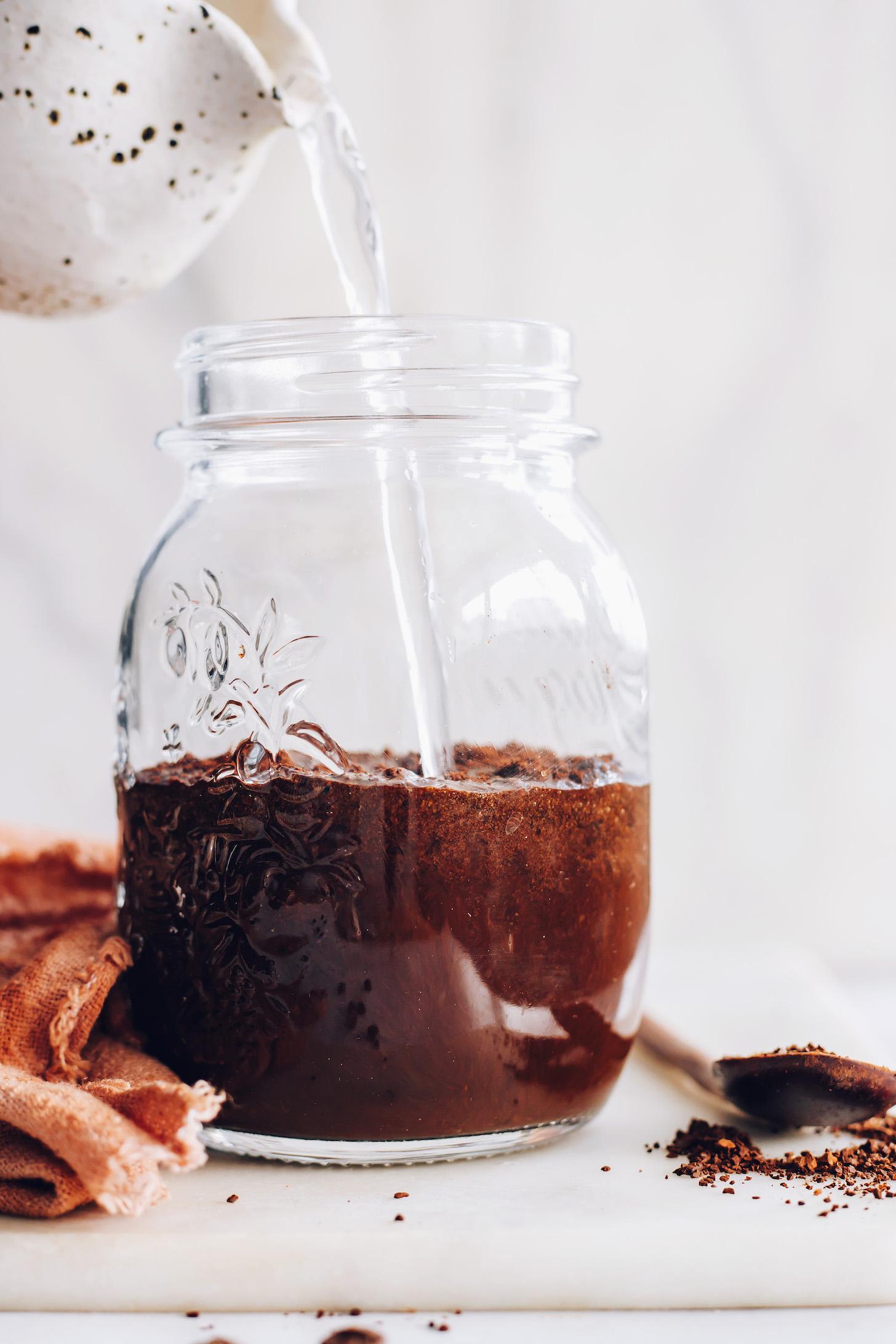 Soğuk demlemek için çekilmiş kahvenin üzerine su dökmek