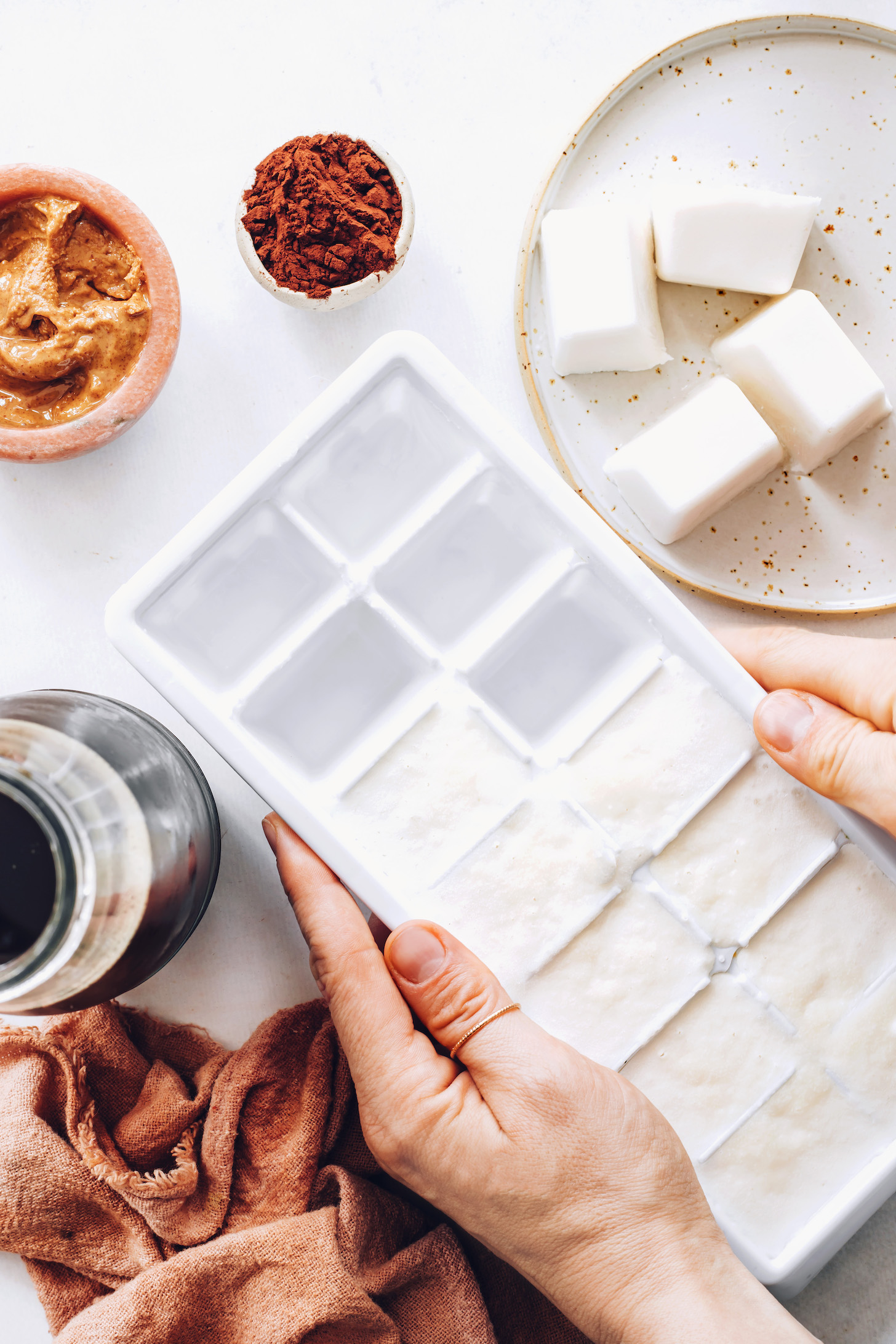 Bir buz kalıbında hindistan cevizi sütü, akçaağaç şurubu ve vanilya