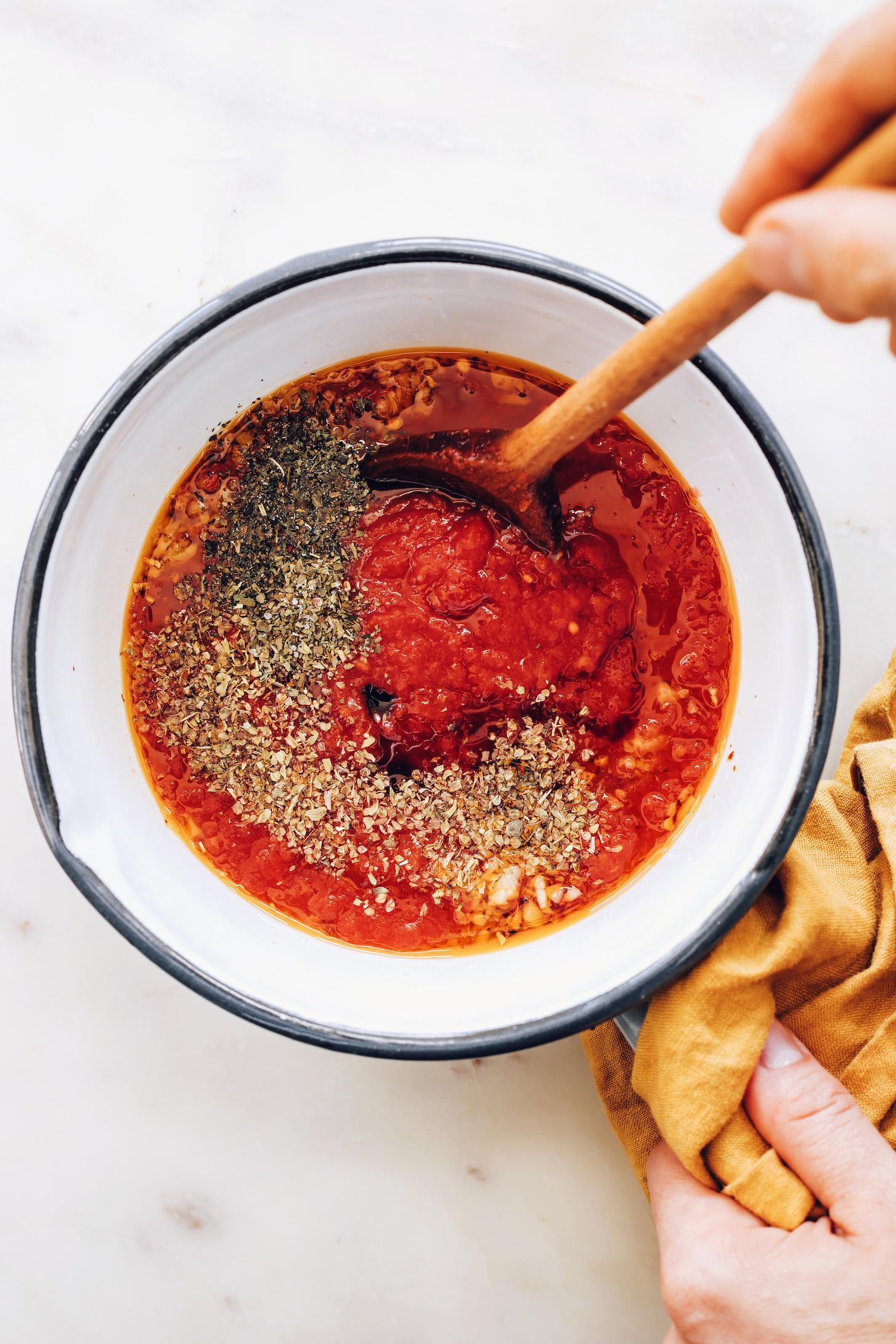 Casserole avec tomates concassées, ail sauté et flocons de piment rouge, origan, basilic, sel et sirop d'érable