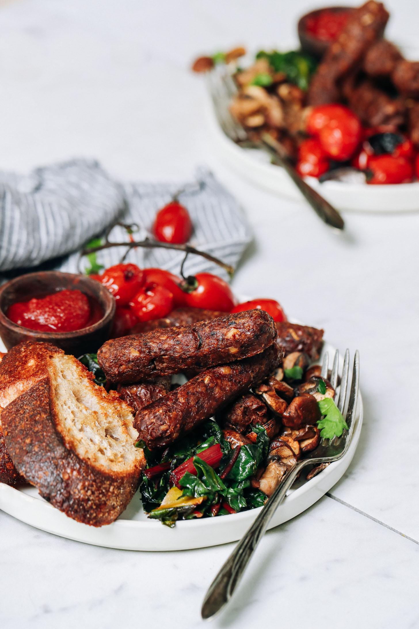 Assiette de saucisses végétaliennes pour le petit-déjeuner avec du pain grillé et des légumes
