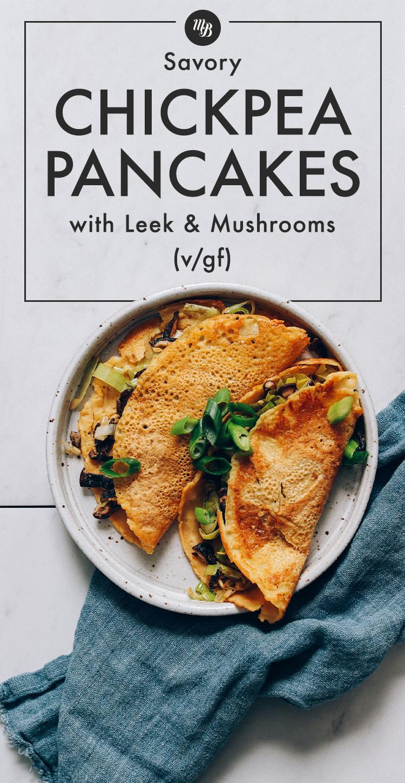Assiette de crêpes salées aux pois chiches pliée aux poireaux et champignons