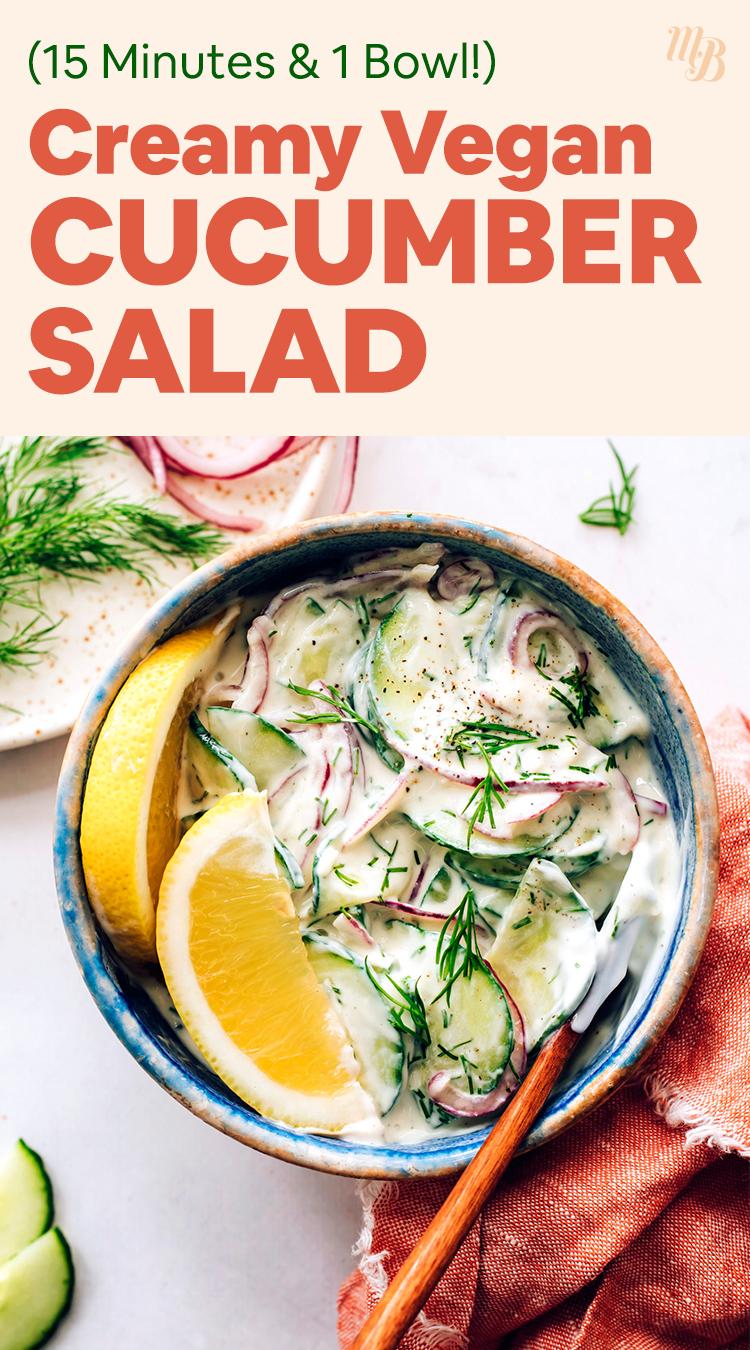 Bol de salade de concombre crémeuse végétalienne et sans gluten avec des quartiers de citron frais, de l'aneth et des radis sur le côté