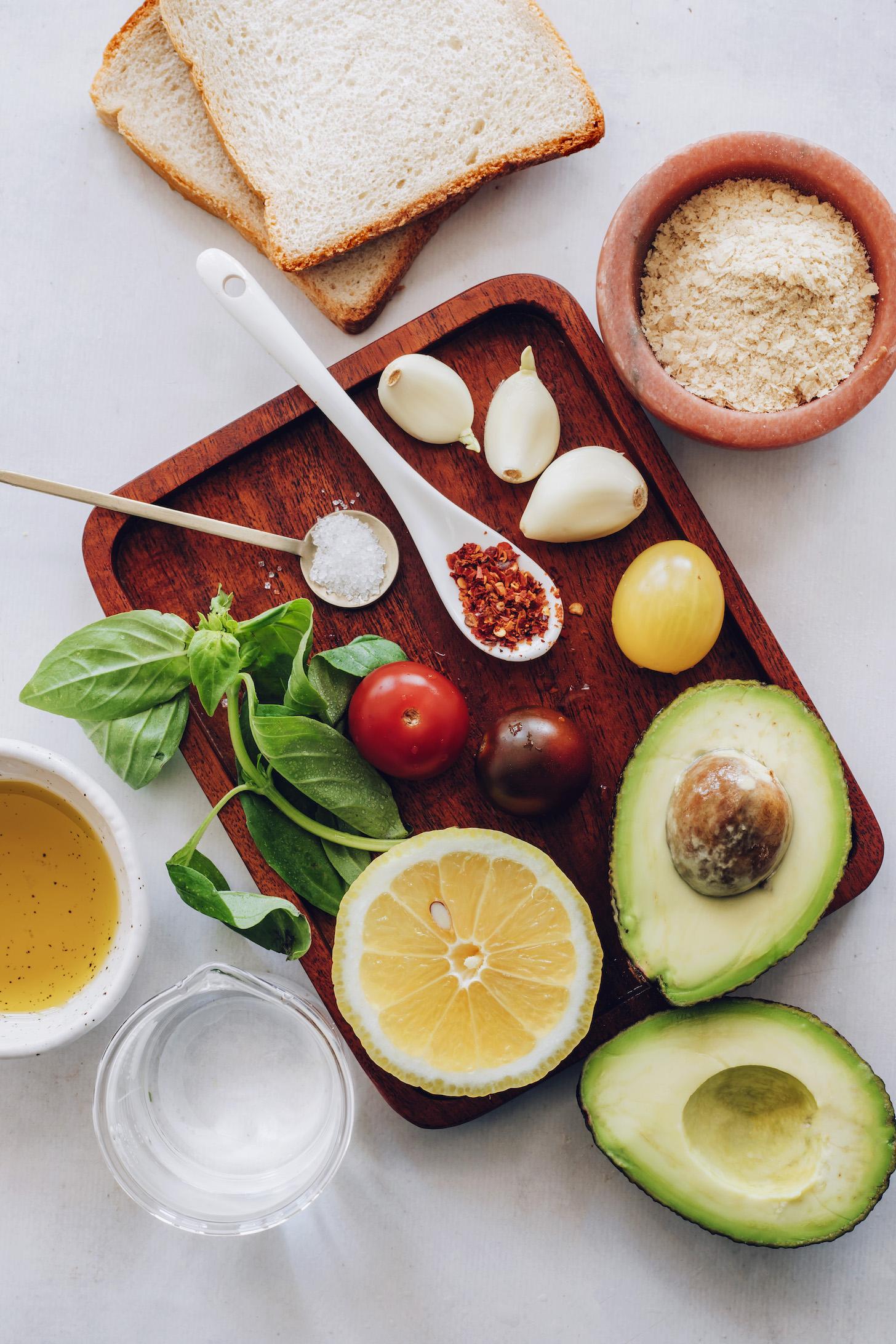 Ekmek, besin mayası, sarımsak, çeri domates, avokado, tuz, kırmızı pul biber, fesleğen, limon, su ve zeytinyağı