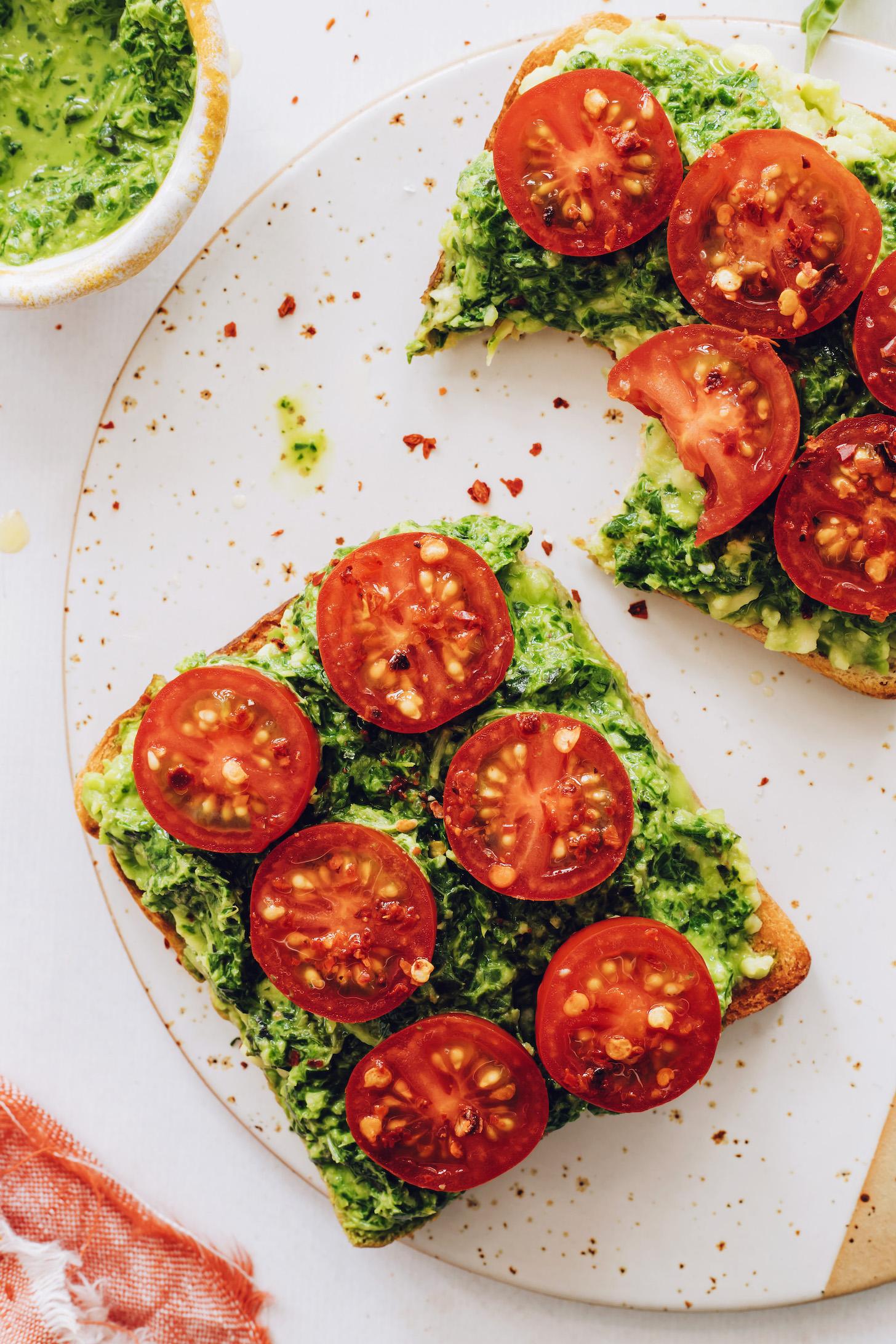 Kırmızı biber gevreği ile tepesinde iki dilim pesto avokado tost