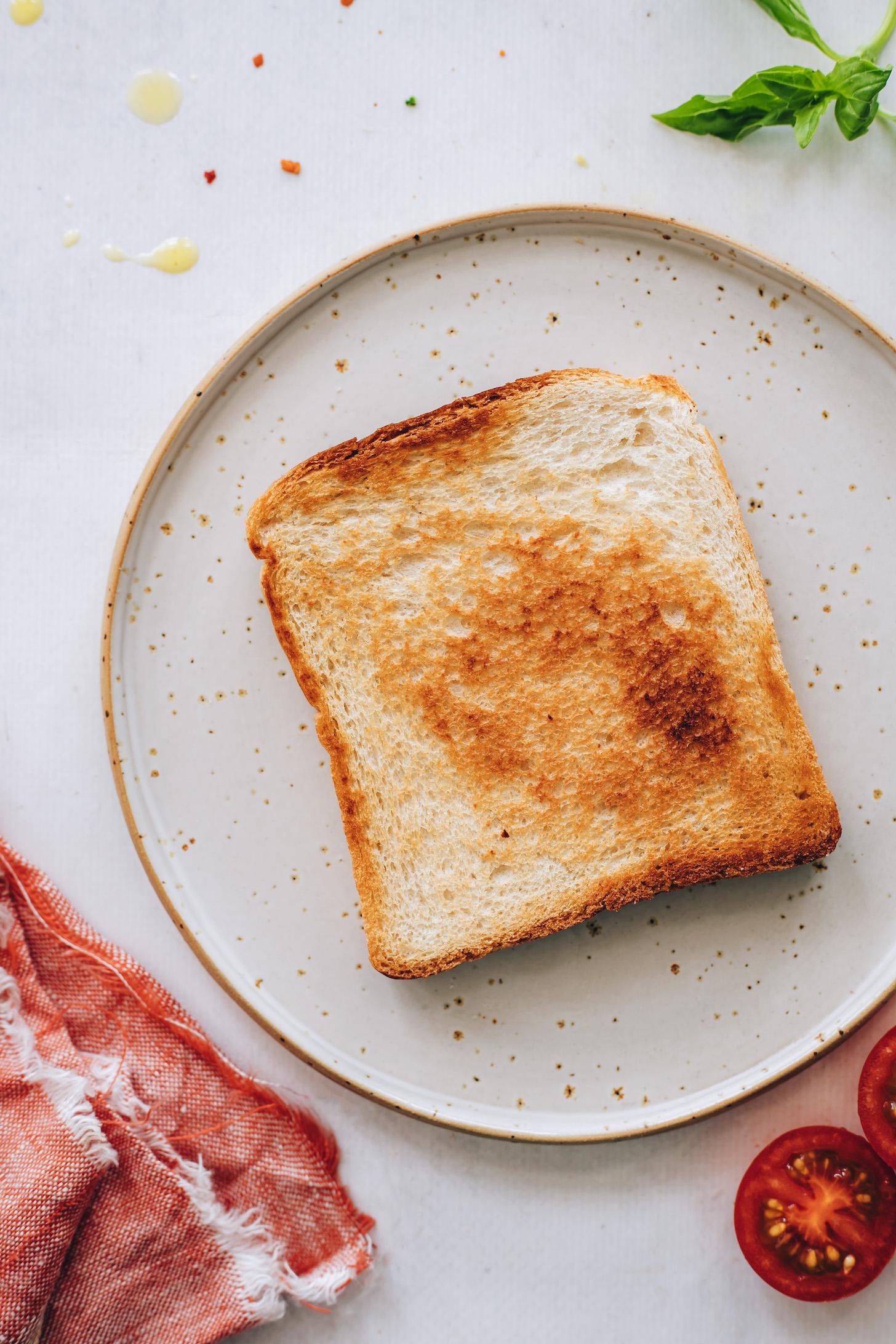 Bir tabakta mükemmel kızarmış ekmek dilimi