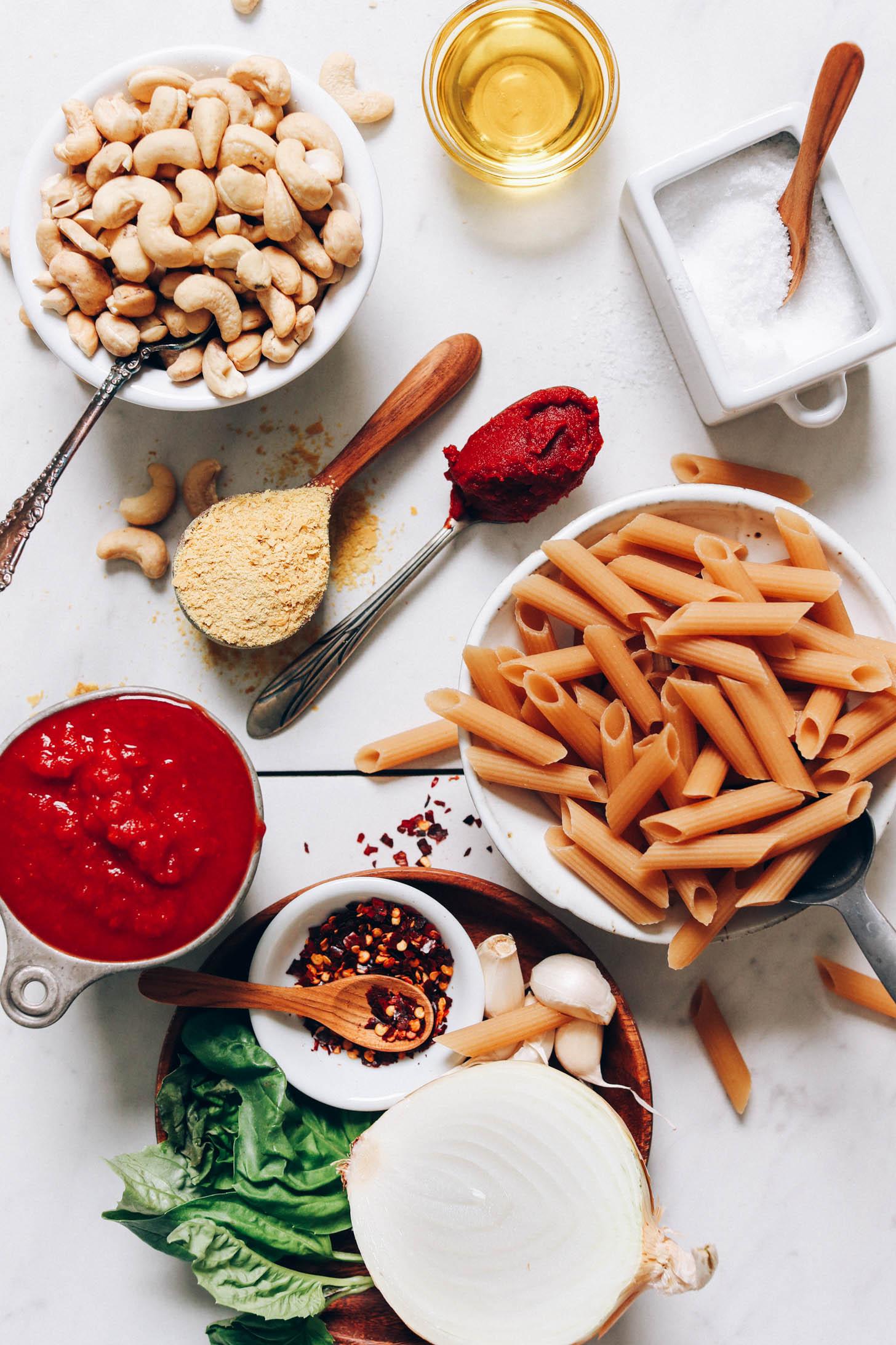 Noix de cajou, levure nutritionnelle, pâte de tomate, huile d'olive, sel, nouilles penne, ail, oignon, basilic et tomates concassées