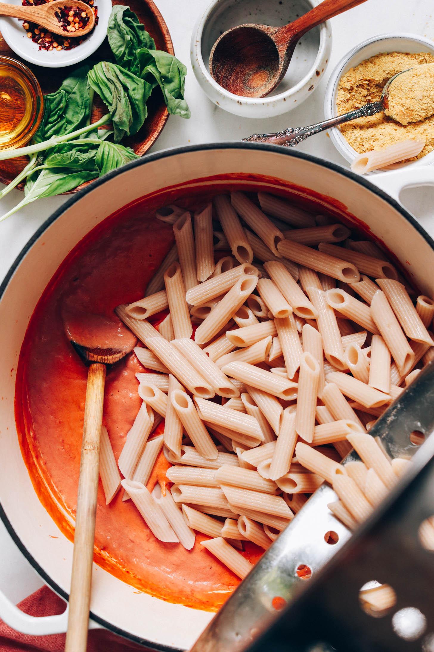 Ajouter des nouilles penne à une sauce pour pâtes rose végétalienne