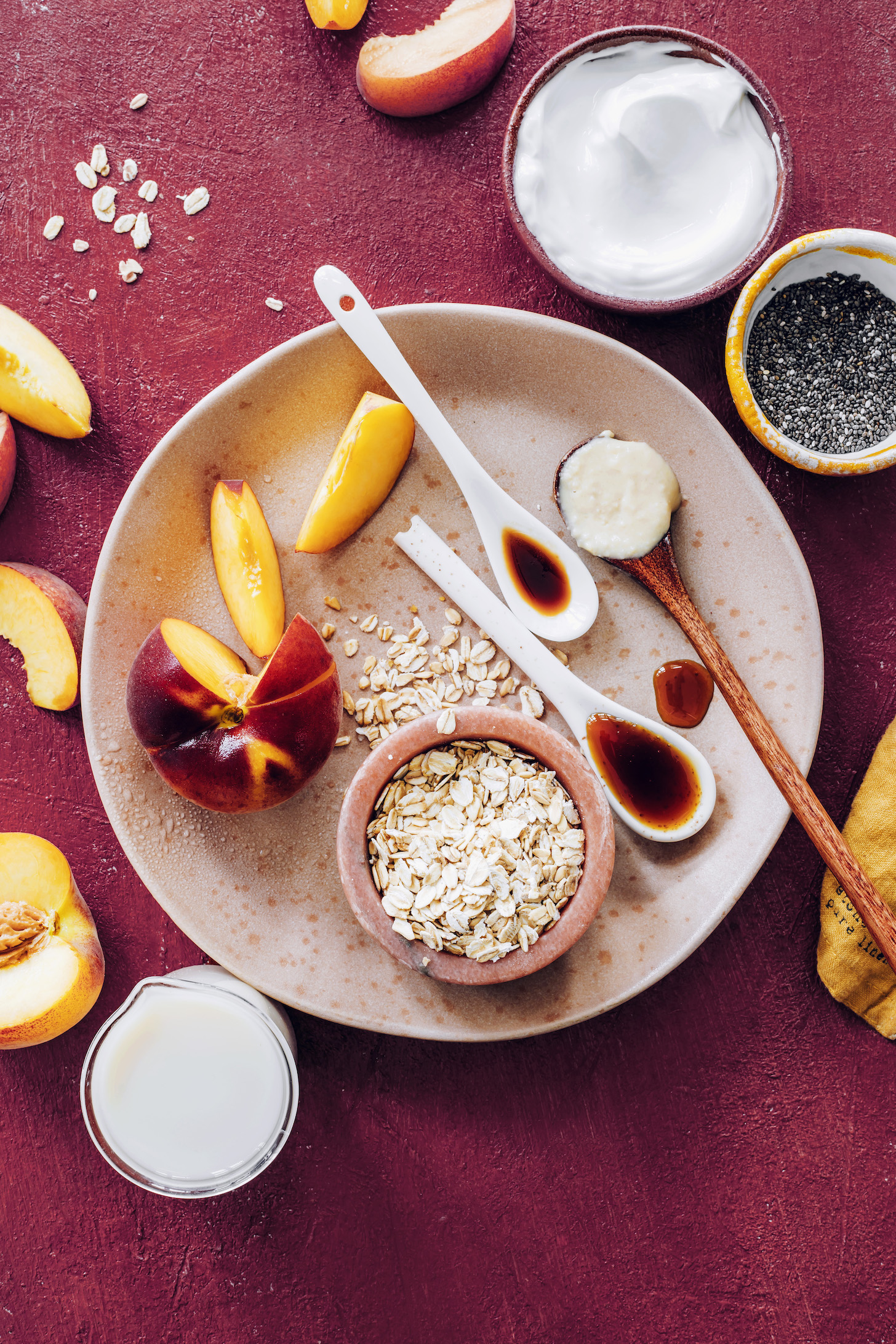 Hindistan cevizi yoğurdu, chia tohumları, hindistancevizi yağı, vanilya, akçaağaç şurubu, yulaf, badem sütü ve şeftali