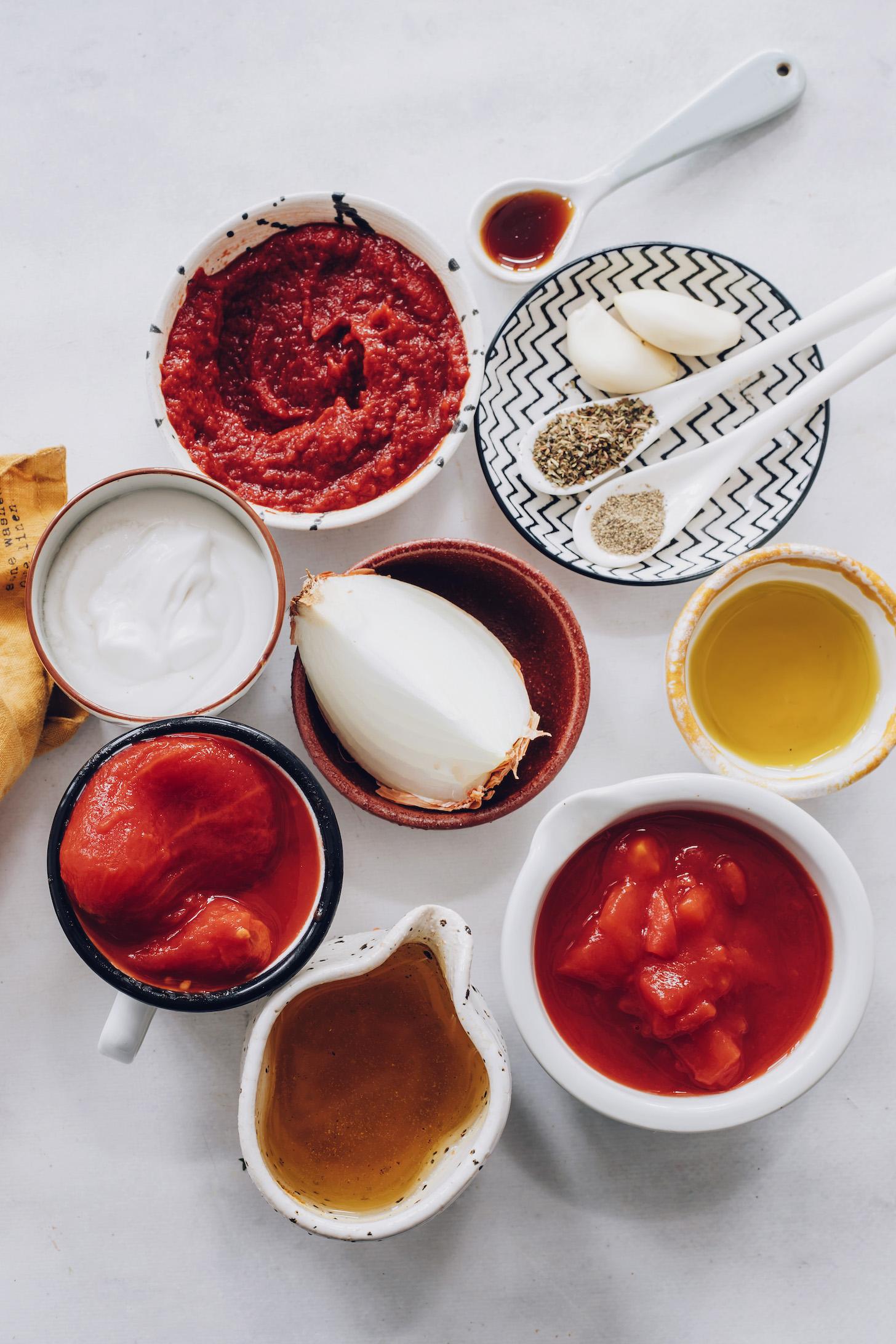 Sebze suyu, domates, zeytinyağı, soğan, hindistan cevizi sütü, salça, tuz, biber, fesleğen, sarımsak ve akçaağaç şurubu