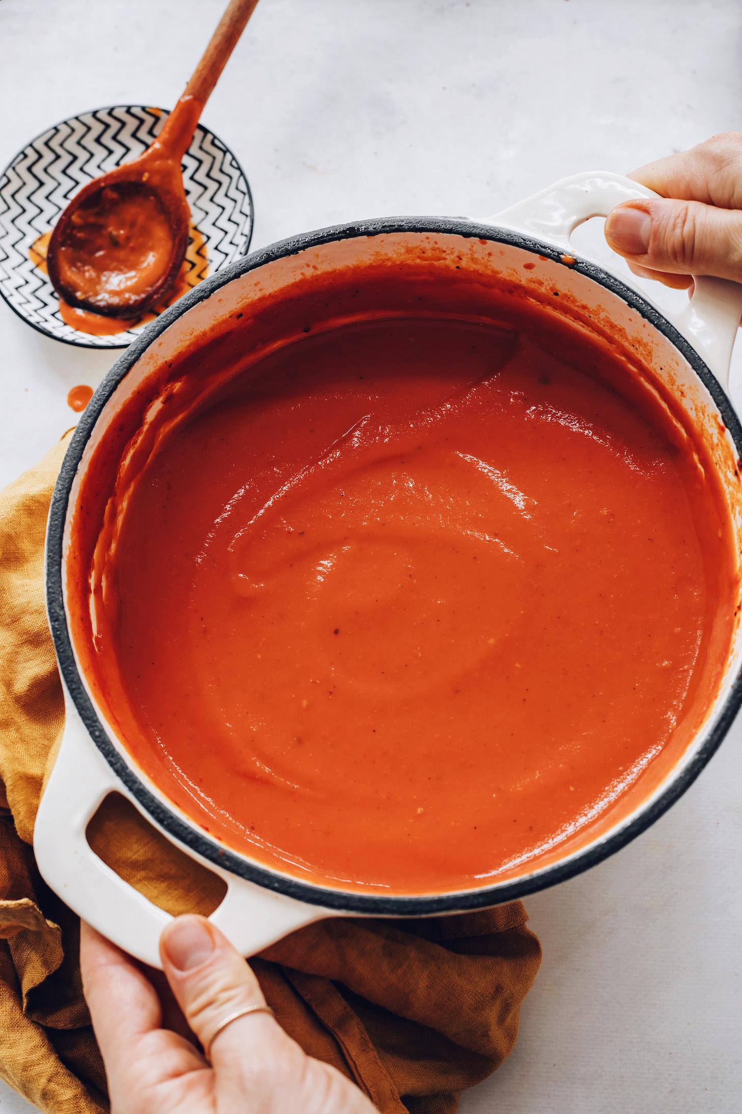 Büyük bir kap kremalı domates çorbası