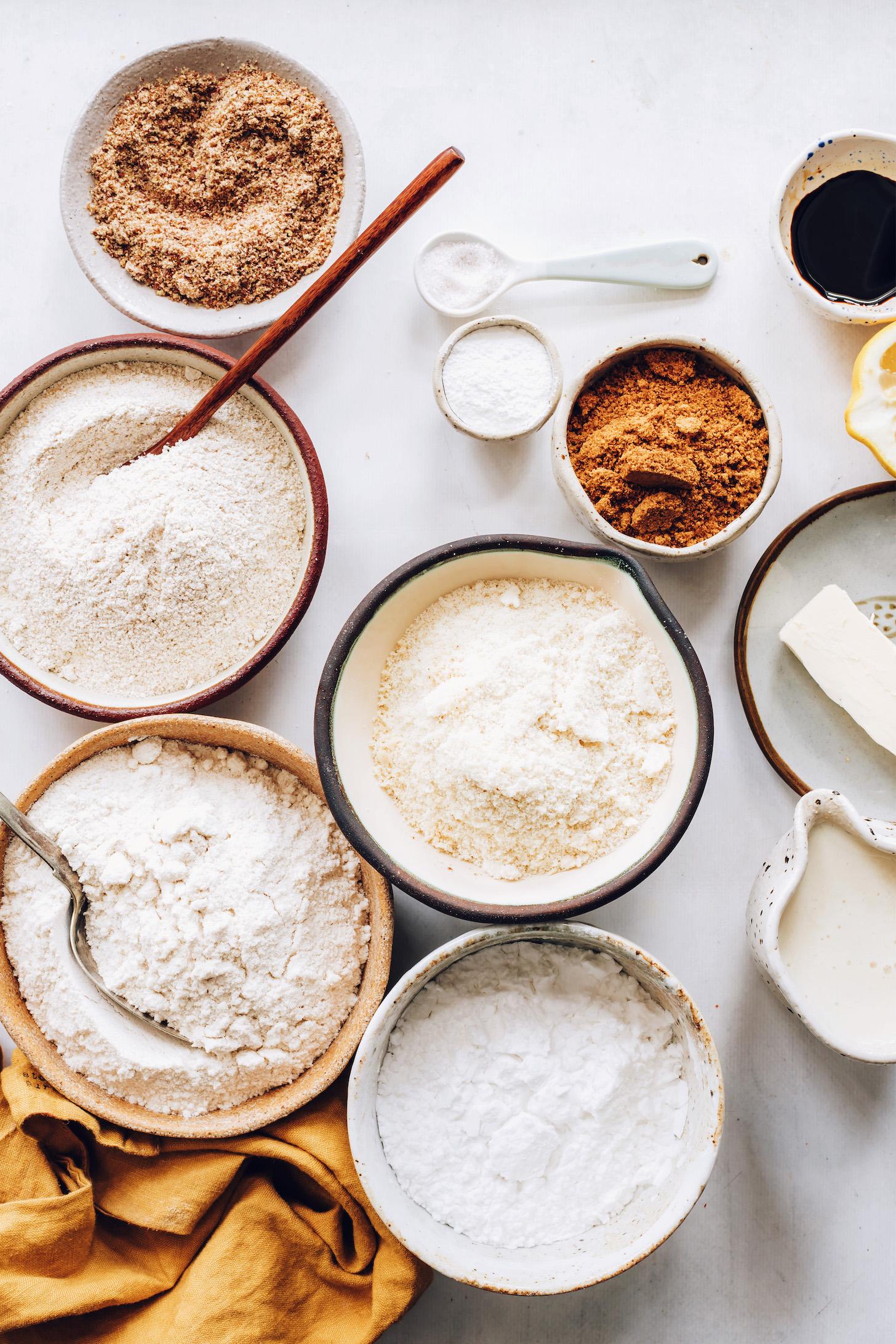 Kahverengi pirinç unu, badem unu, yulaf unu, patates nişastası, kabartma tozu, keten tohumu unu, hindistancevizi şekeri ve vegan tereyağı, süt içermeyen süt, limon ve vanilyanın yanında tuz